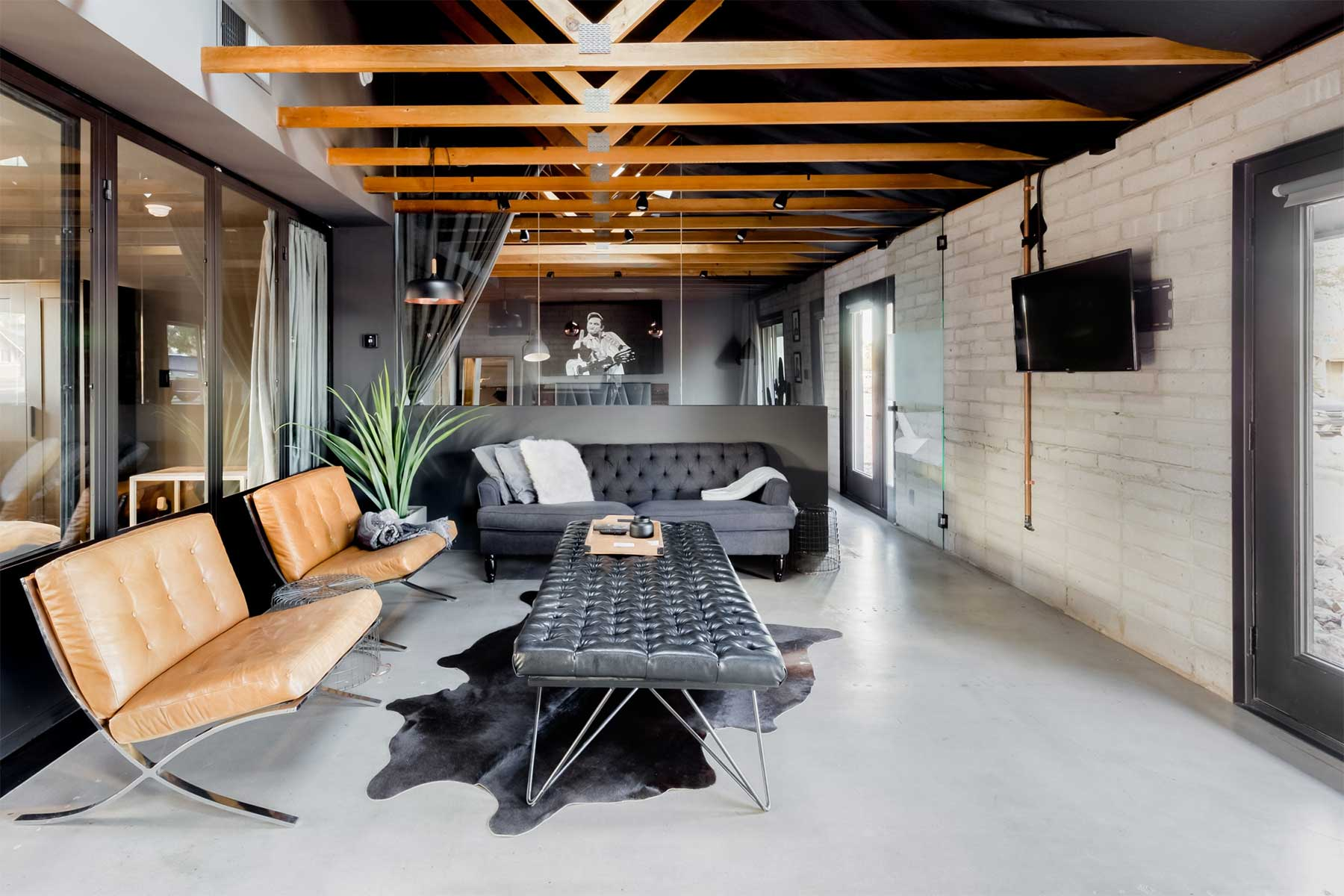 Traum-Loft: The Black House The-Black-House-Airbnb_01