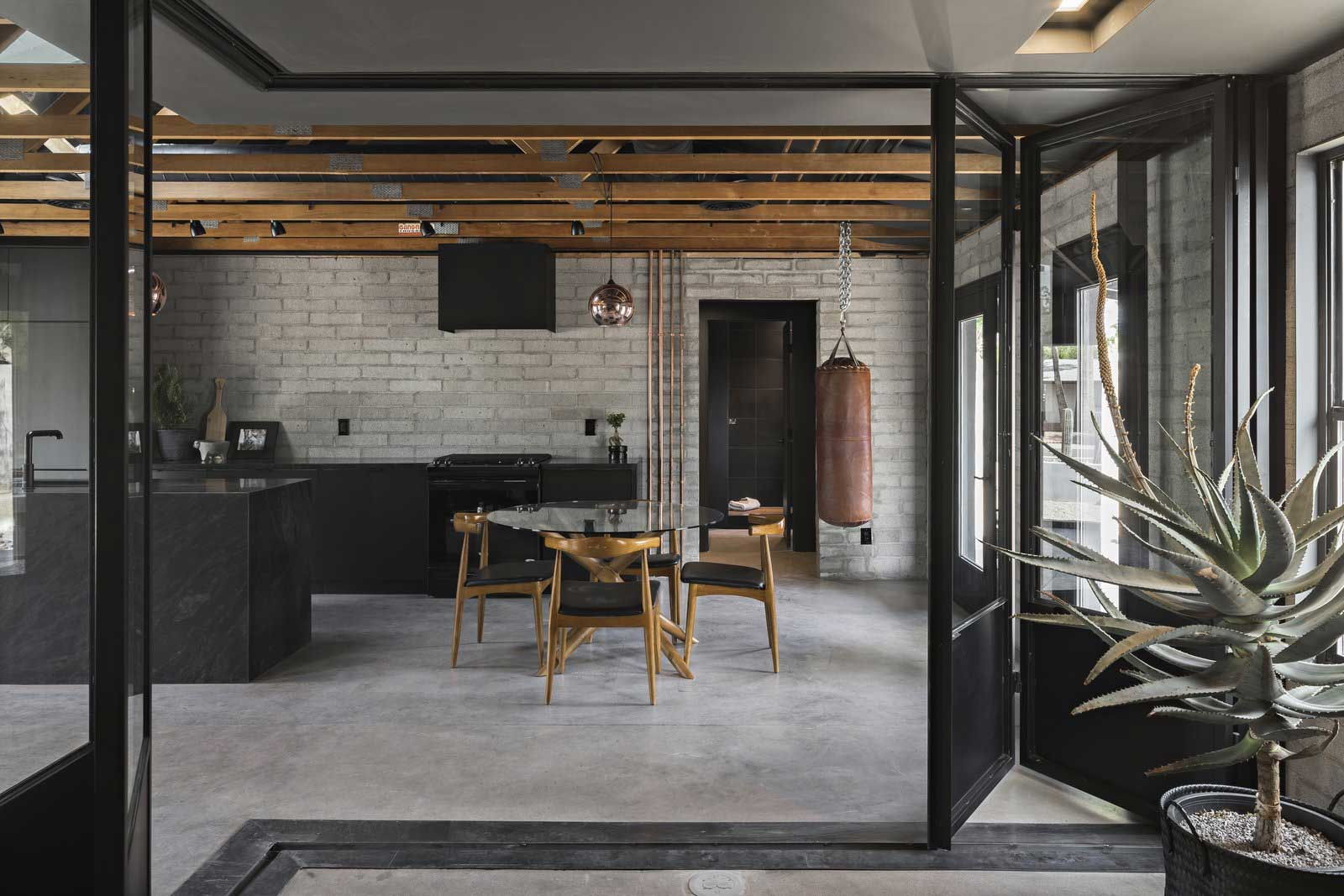 Traum-Loft: The Black House The-Black-House-Airbnb_04