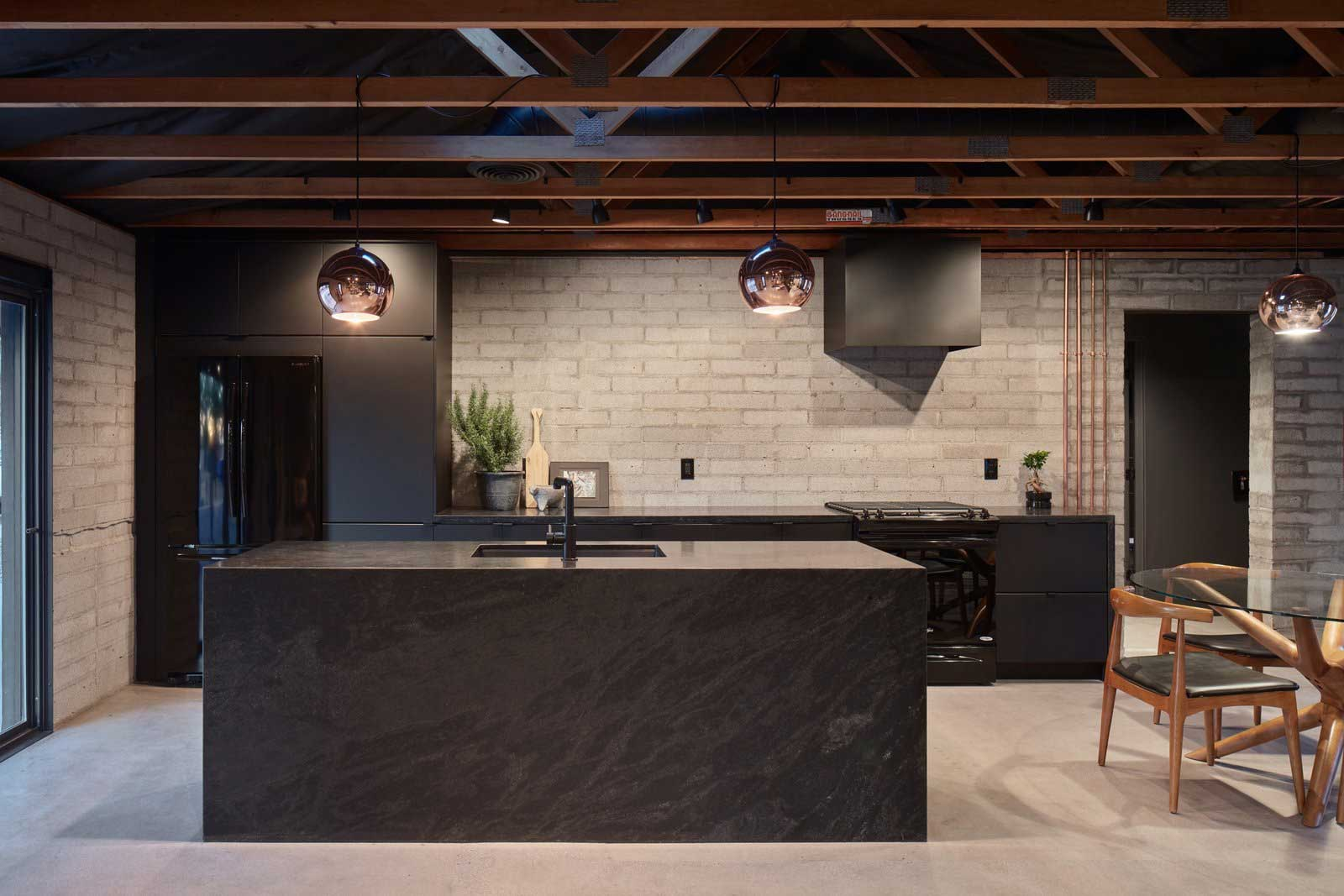 Traum-Loft: The Black House The-Black-House-Airbnb_06
