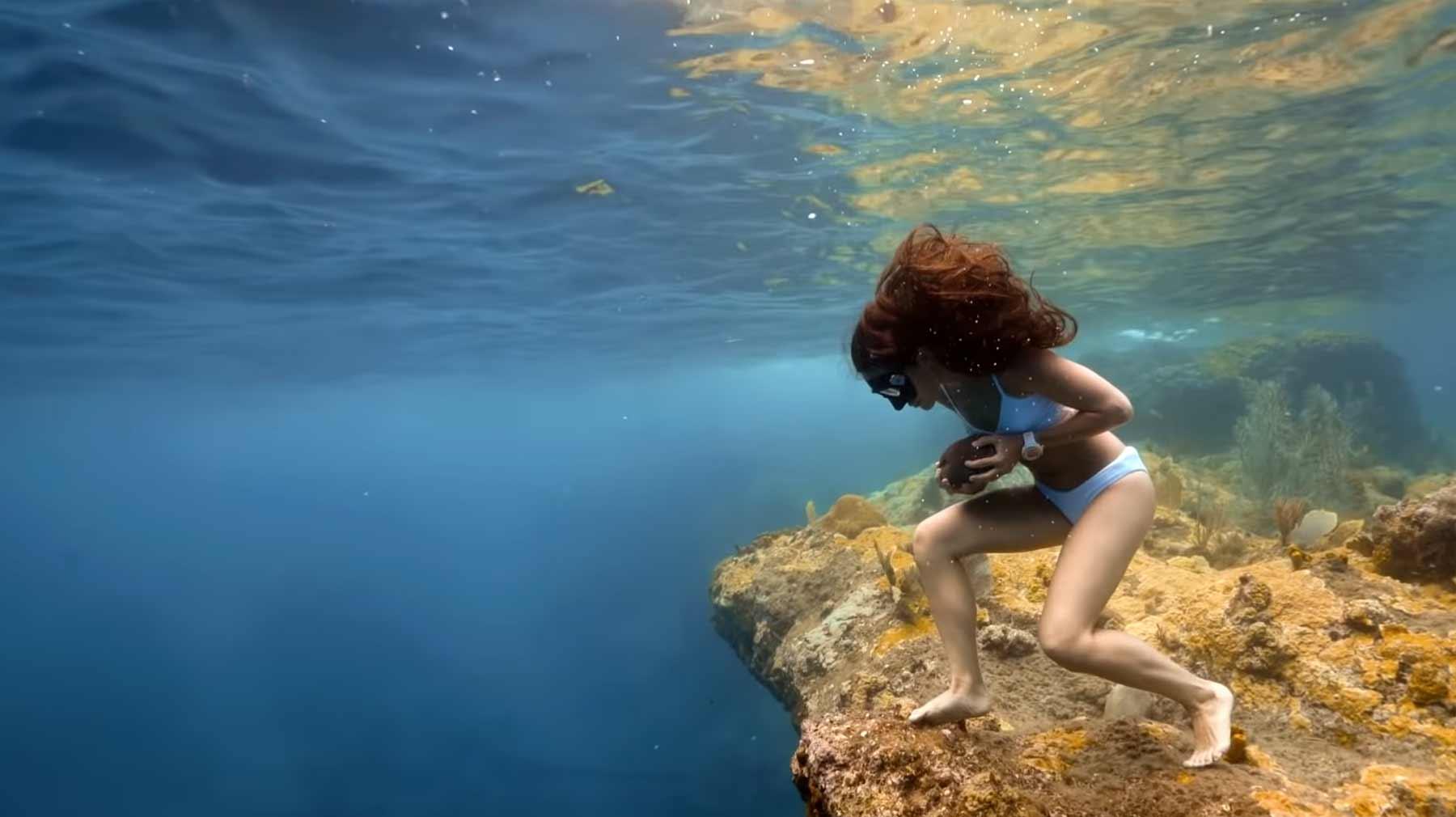 Krasser Unterwasserlauf mit Stein in der Hand