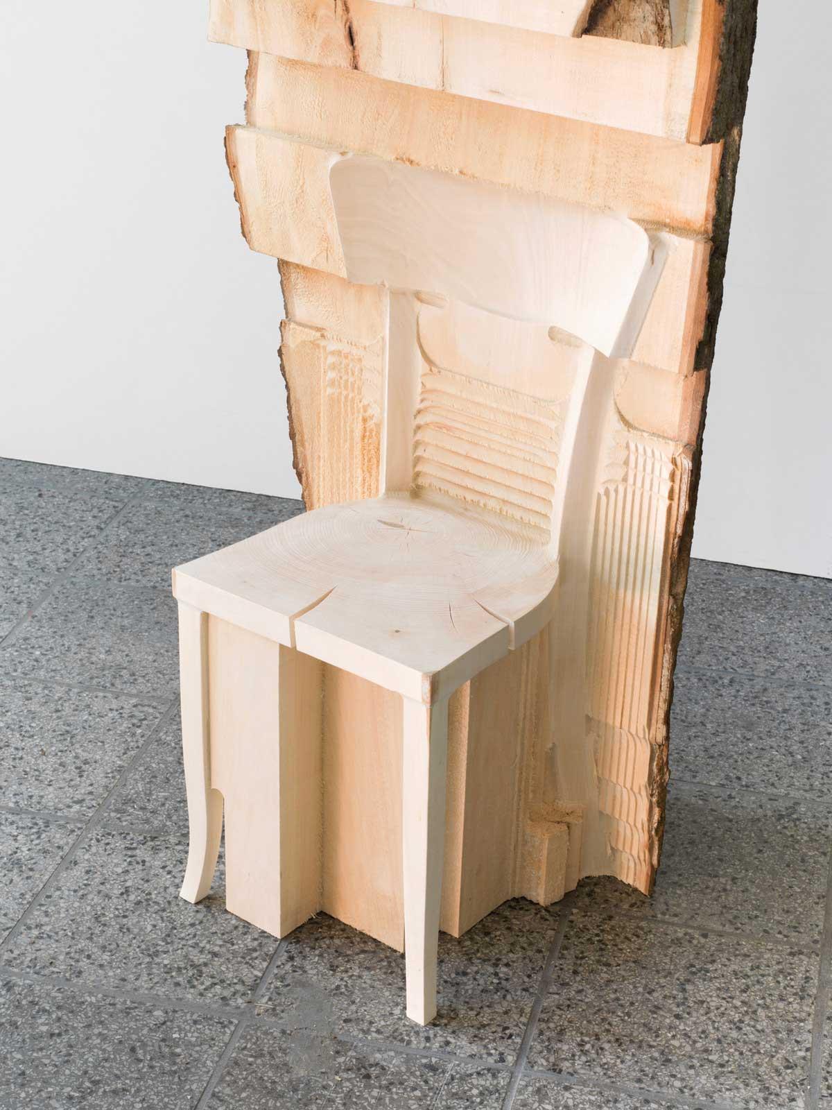 Alicja Kwade schnitzt Möbelstücke in Baumstämme Alicja-Kwade_holzskulpturen_02