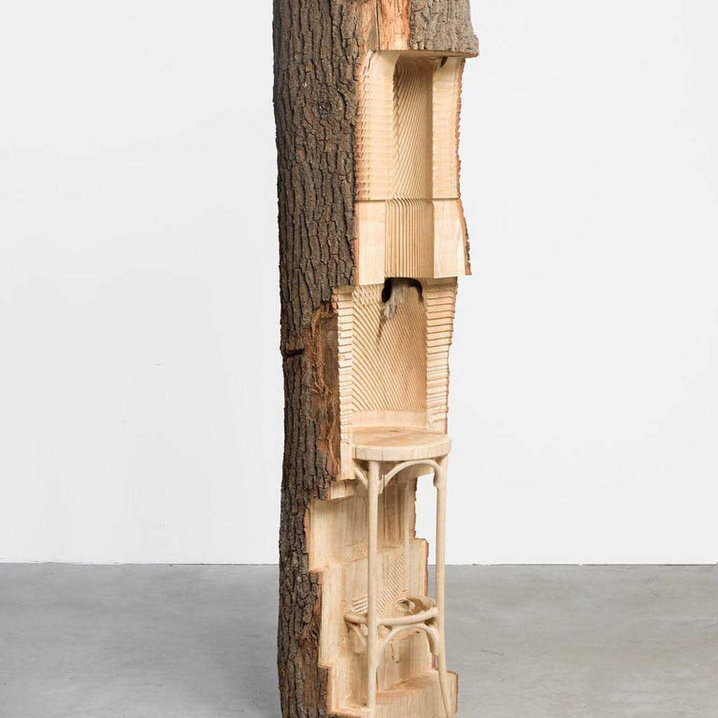 Alicja Kwade schnitzt Möbelstücke in Baumstämme Alicja-Kwade_holzskulpturen_07