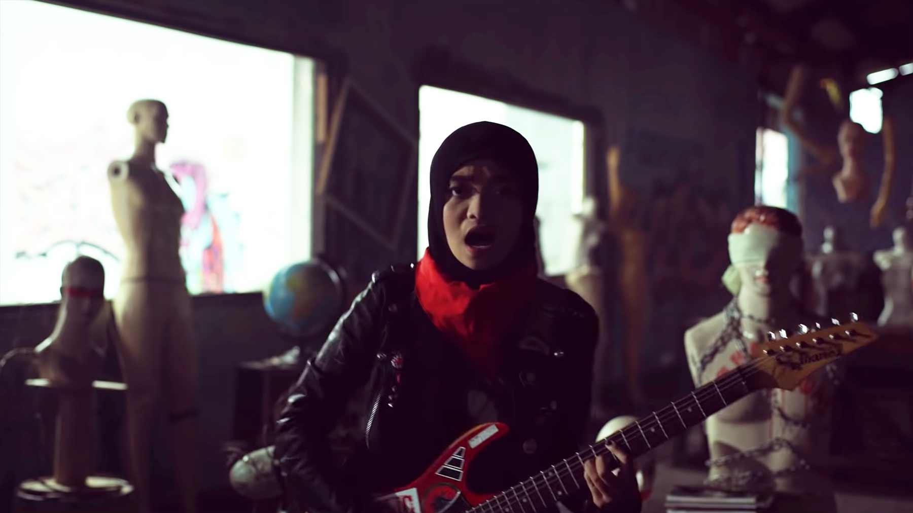 Voice of Baceprot ist eine Band junger muslimischer Frauen, die richtig abrockt Voice-of-Baceprot-School-Revolution
