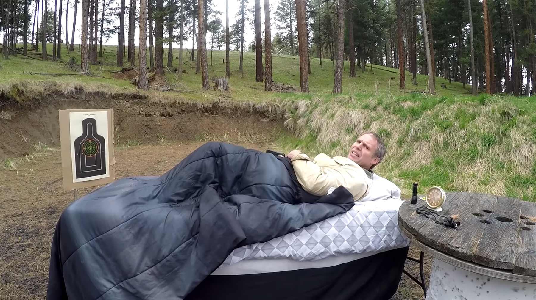 Ratgeber zeigt, wie man im Bett liegend seine Waffe abfeuert aus-dem-bett-schiessen