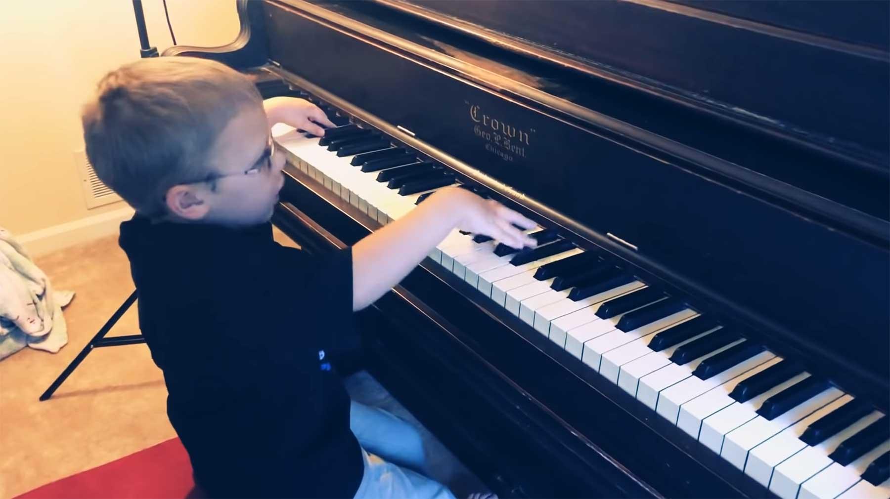 """Blinder 6-jähriger Junge spielt und singt """"Bohemian Rhapsody"""" am Klavier"""