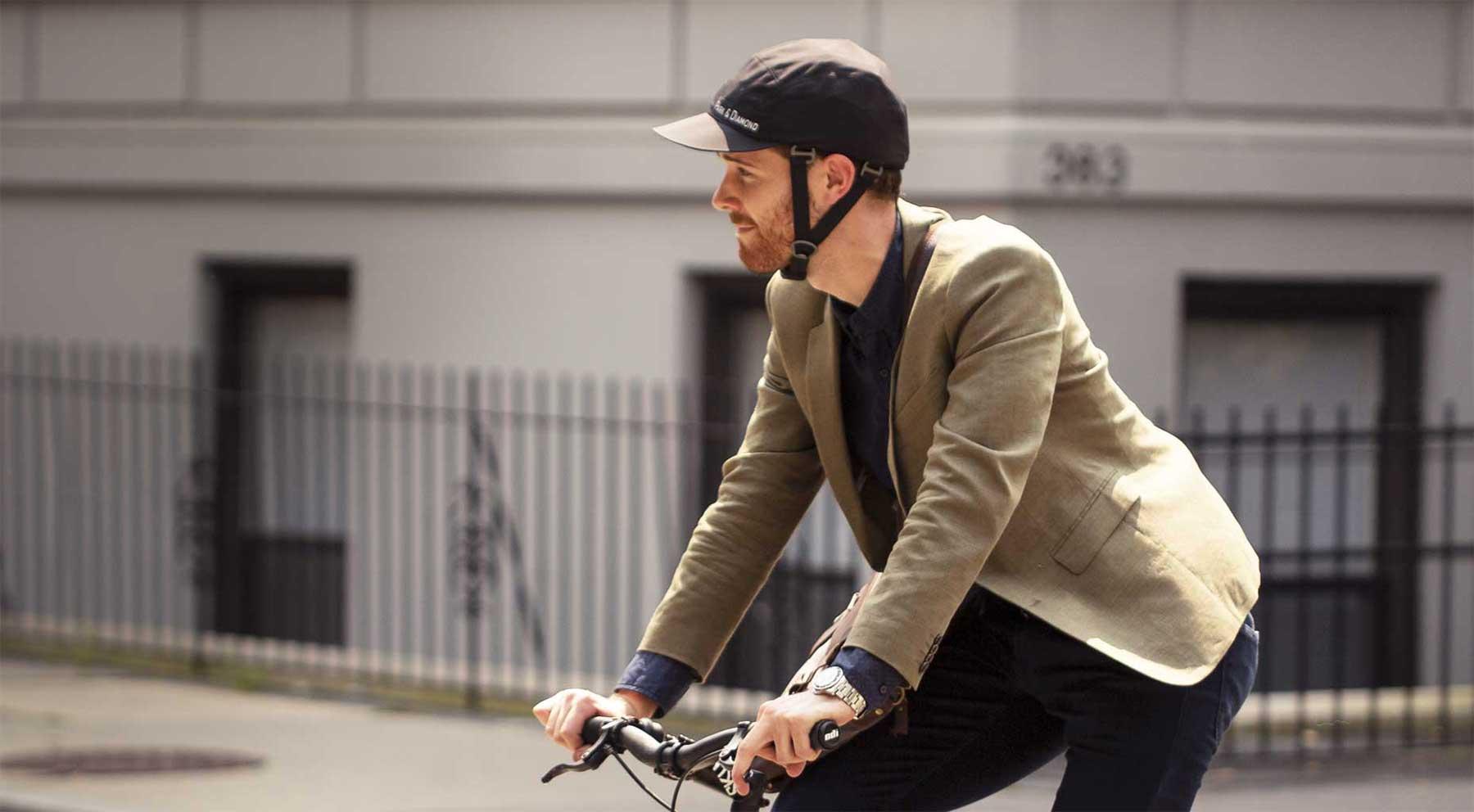 Dieser faltbare Fahrradhelm sieht wie eine Cappy aus park-and-diamond-fatlbarer-fahrradhelm_02