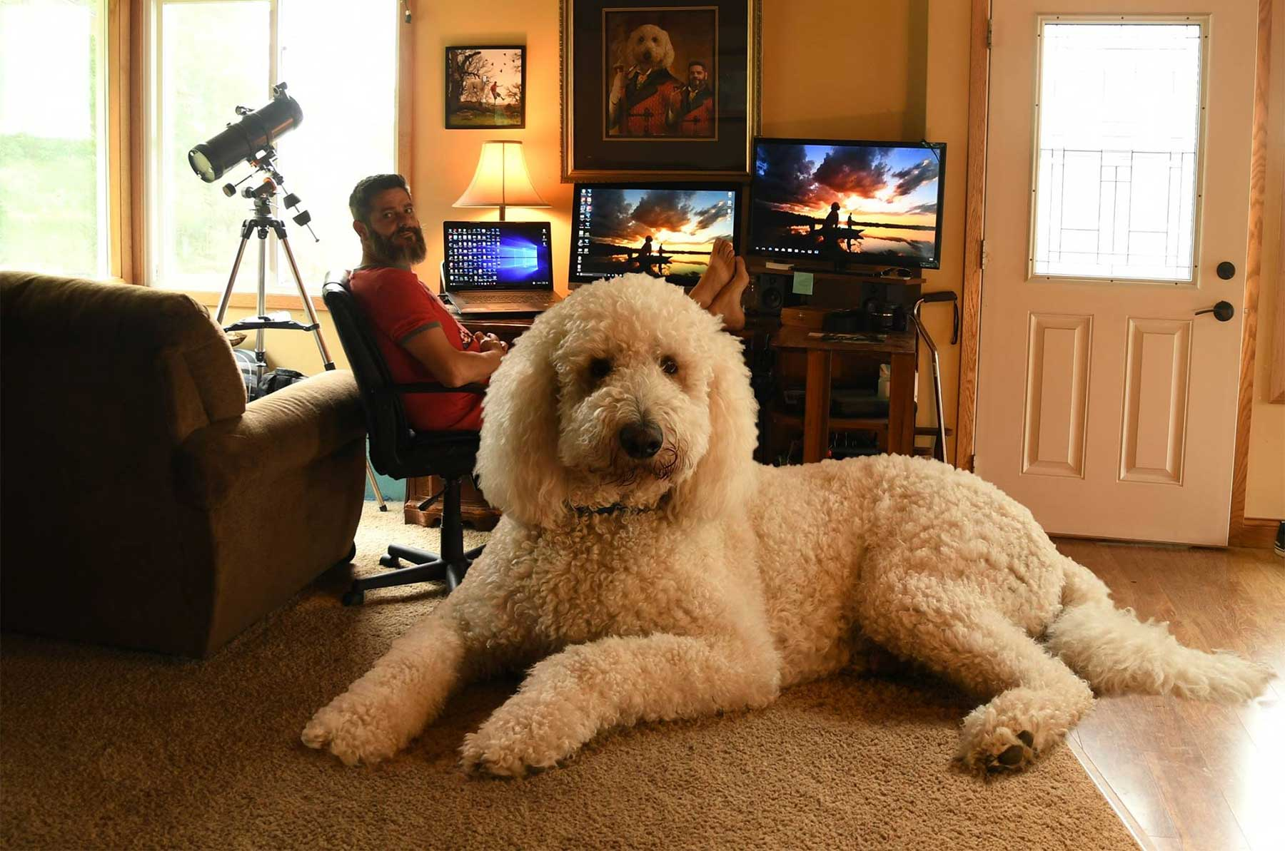 Christopher Cline photoshopped seinen Hund auf Überlebensgröße