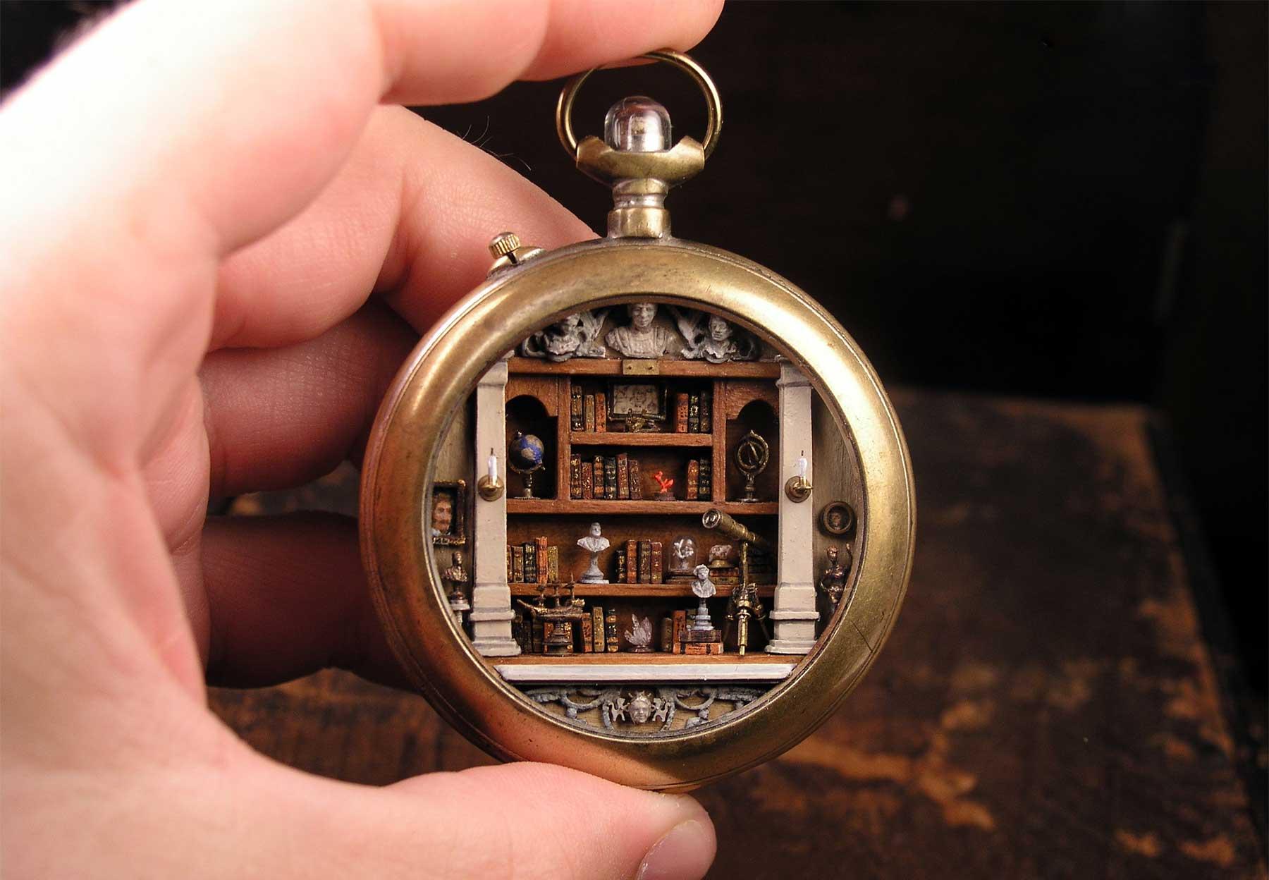 Gregory Grozos erstellt Miniaturwelten in Taschenuhren und Co.