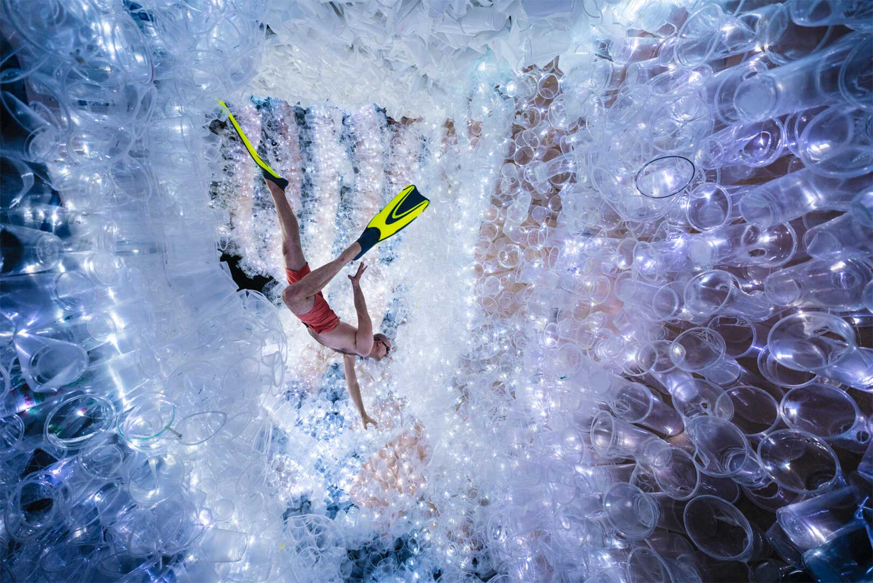 In einem Meer voll Plastik schwimmen