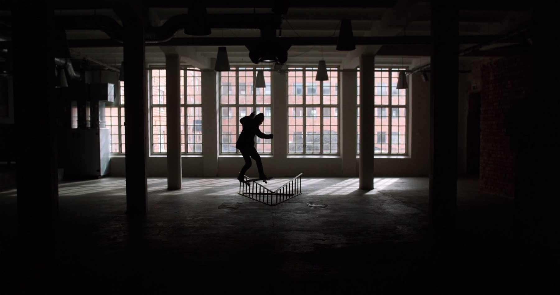 Skateboarding in einer verlassenen Fabrikhalle