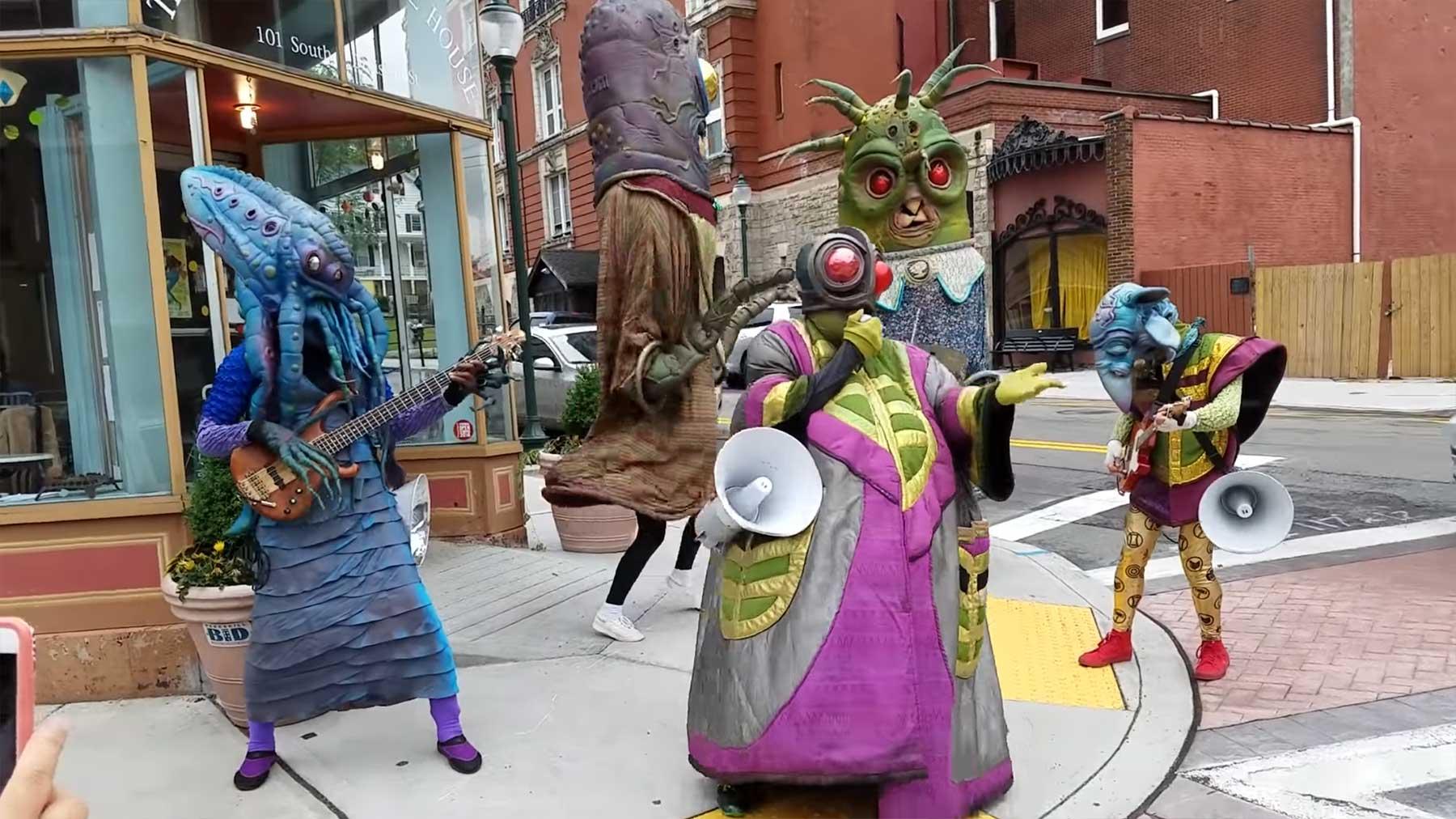 Nur ein paar Straßenmusiker-Aliens alien-band-strassenmusiker