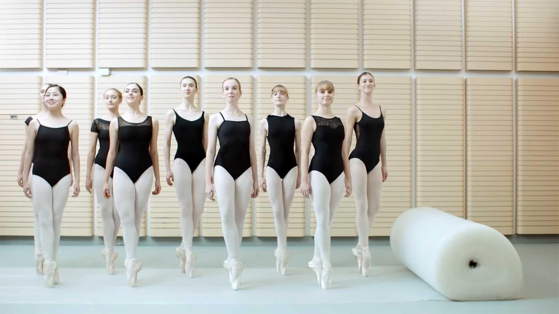 Ballett-Tänzerinnen tippeln auf Luftpolsterfolien