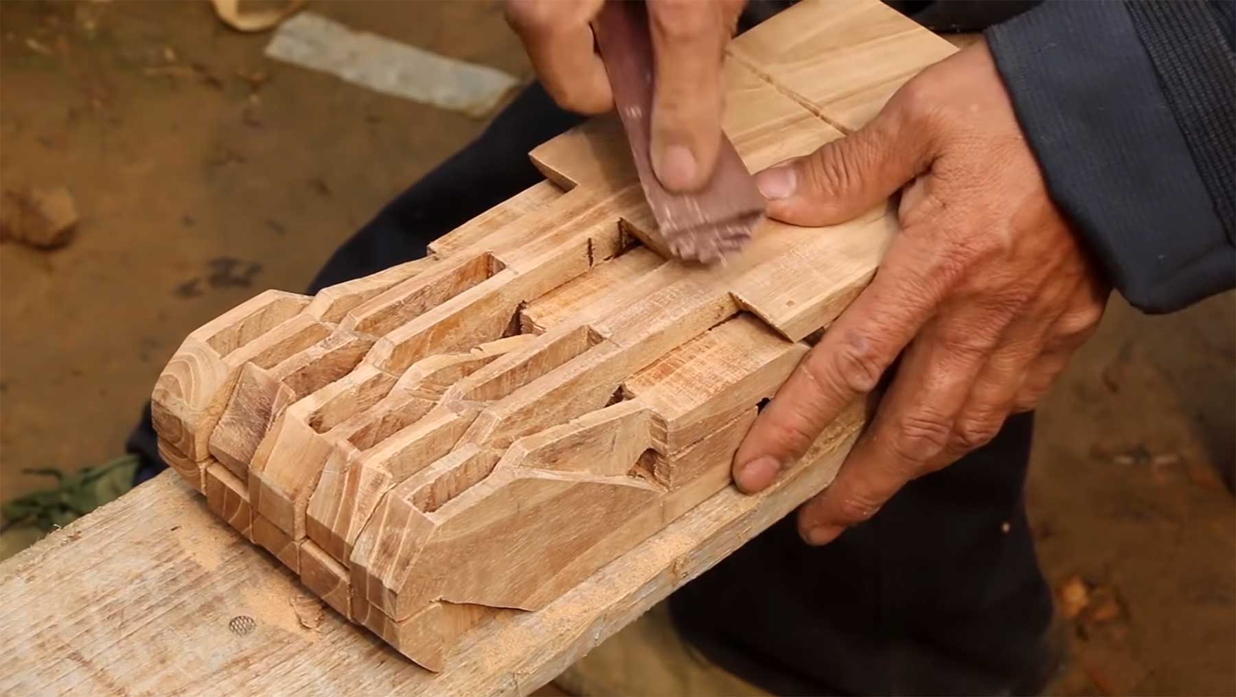 Einen Klapphocker aus einem Stück Holz fertigen