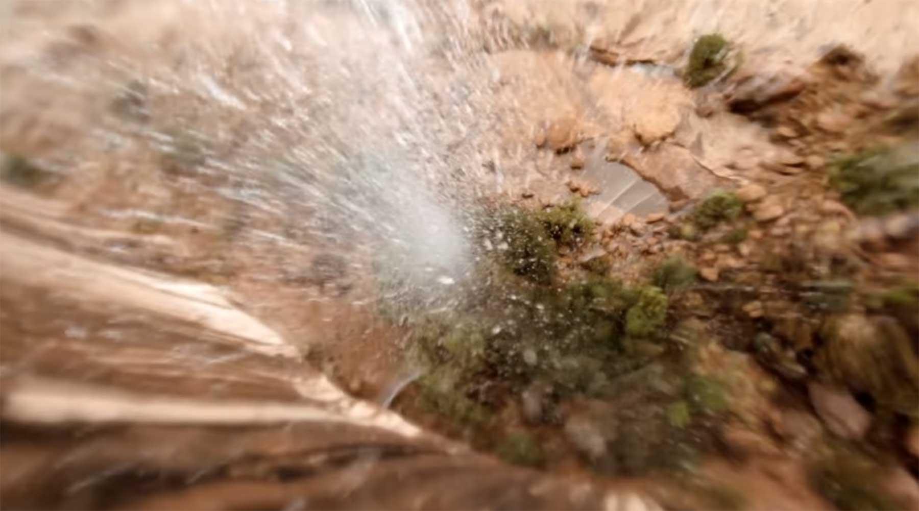 Mit der Kameradrohne durch Wasserfälle fliegen kameradrohne-durch-wasserfall