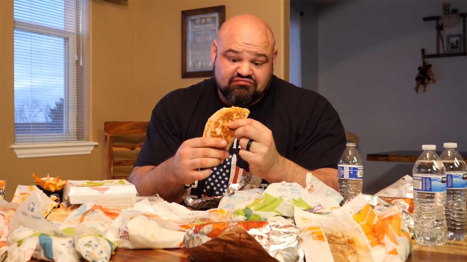 Der stärkste Mann der Welt versucht, das komplette Taco Bell-Menü zu essen