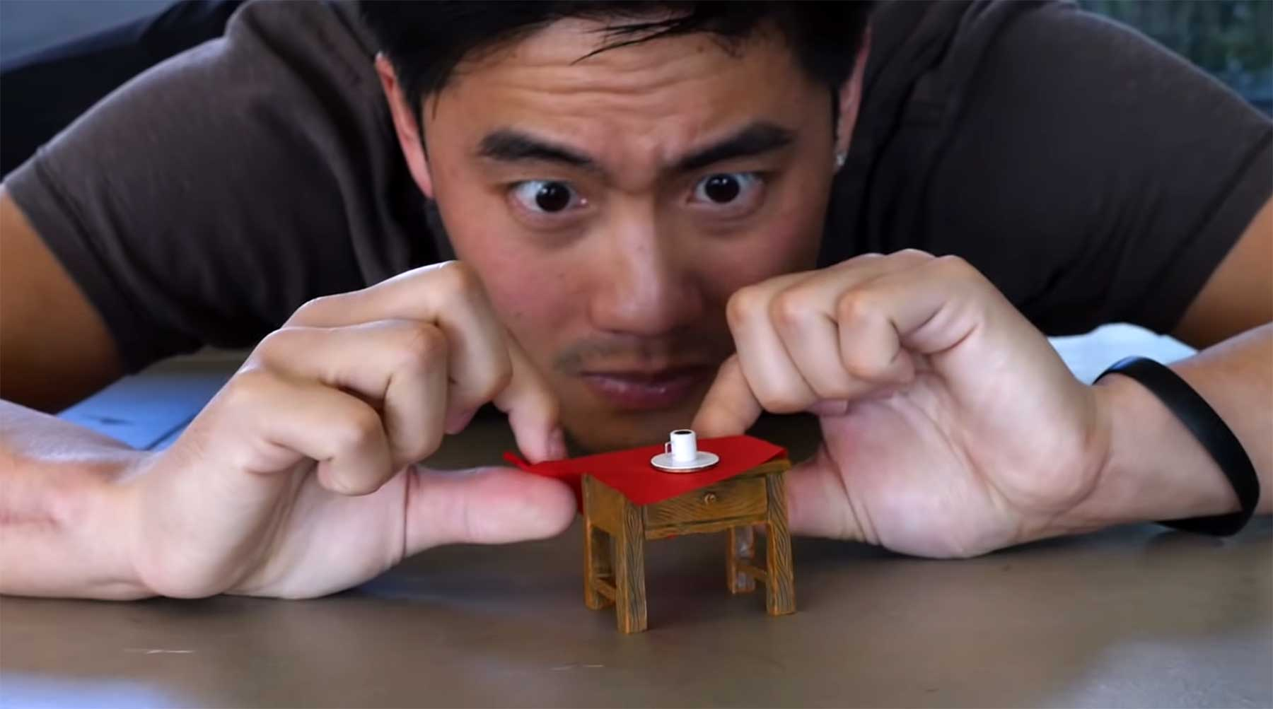 Ryan Higa macht bekloppte Tischdecke-wegzieh-Tricks
