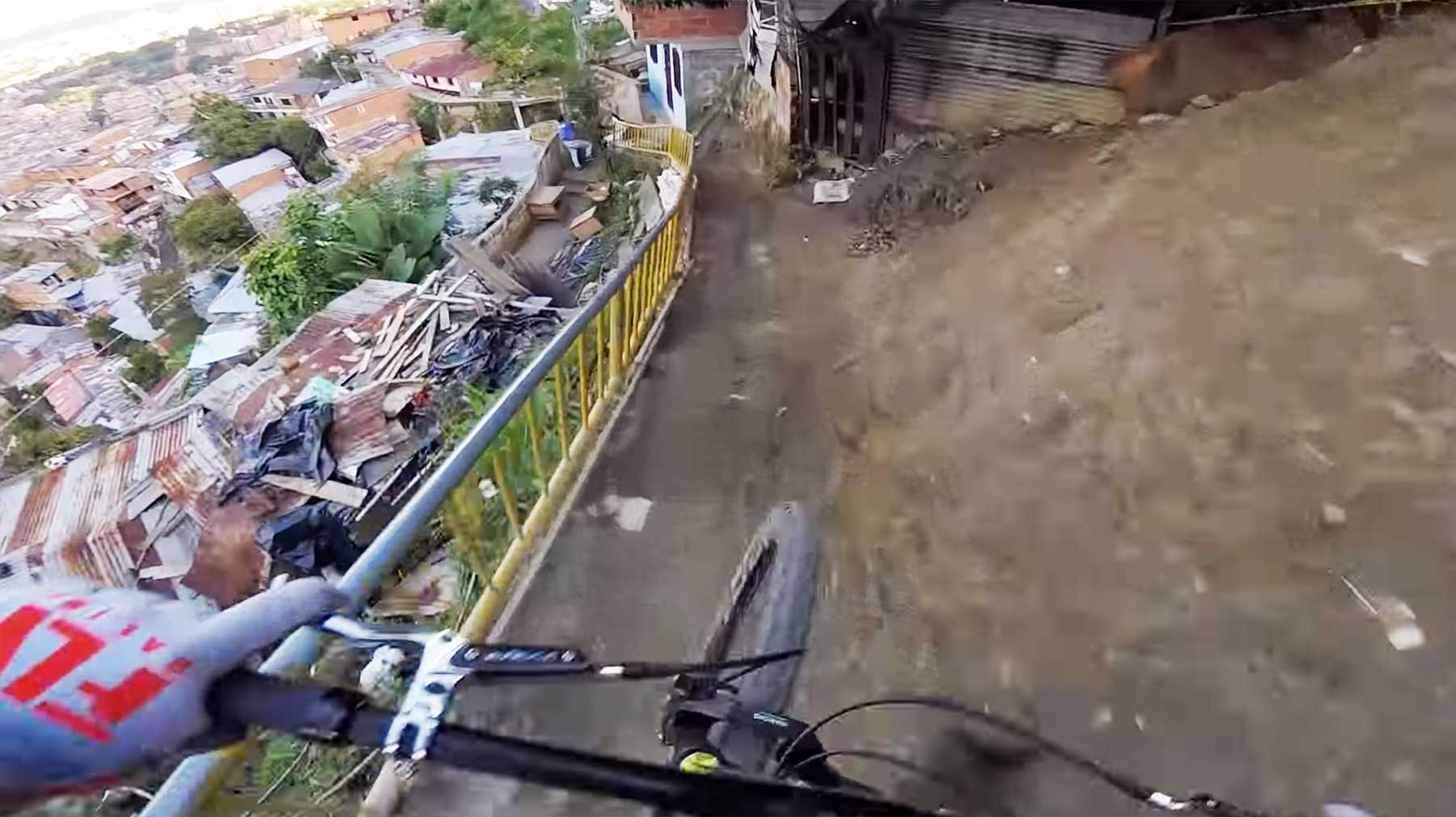 Rasante Abfahrt der längsten Urban Downhill-Strecke
