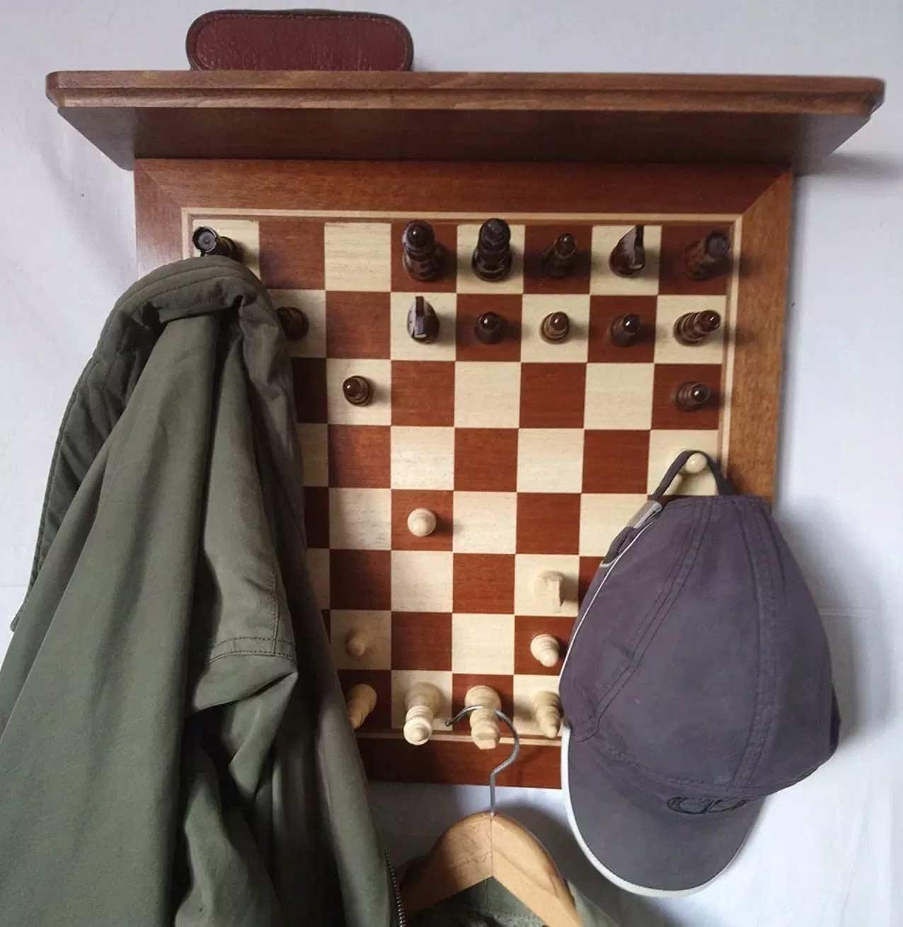 Schachbrett-Garderobe
