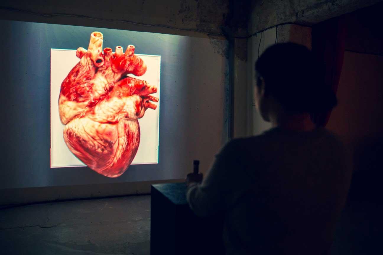 Dieses Kunst-Herz schlägt im Takt seiner Betrachter