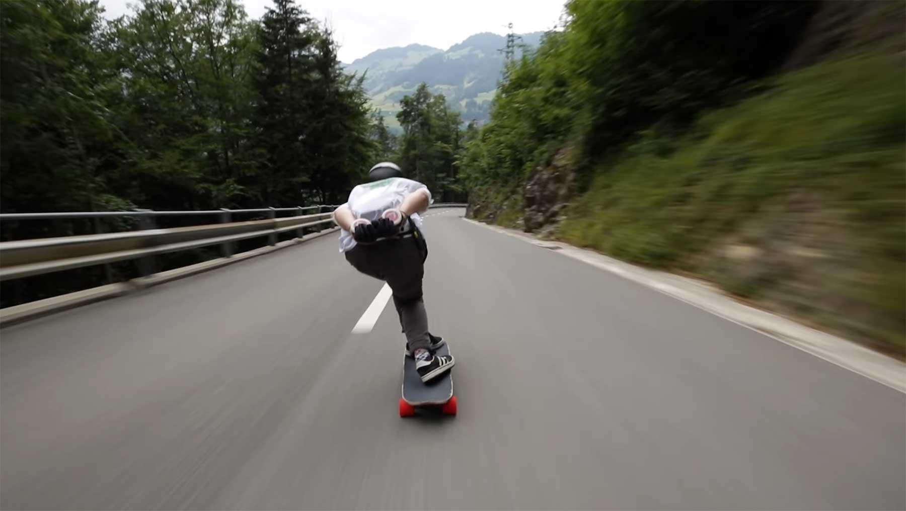 Mit 112 km/h auf dem Longboard die Straße runter