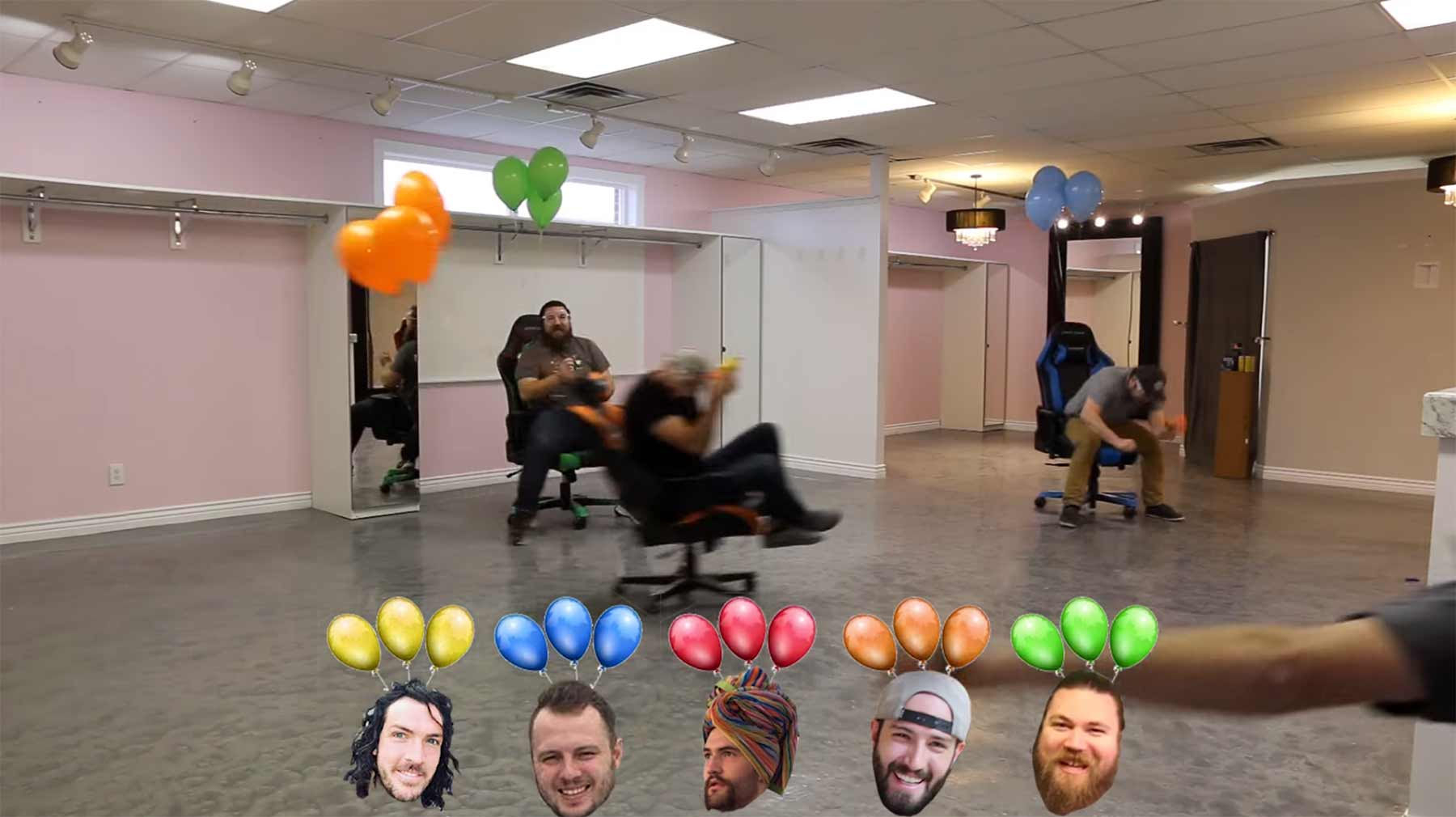 Mario Kart-Luftballon-Battle-Modus mit Bürostühlen und Nerf-Guns mario-kart-ballon-battle-office