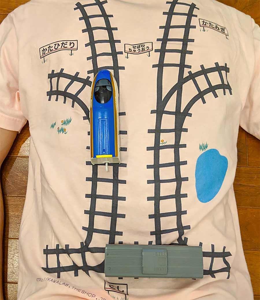 Dieses T-Shirt mit Gleisen gibt einem spielerisch eine Rückenmassage massage-t-shirt-zuggleise_02