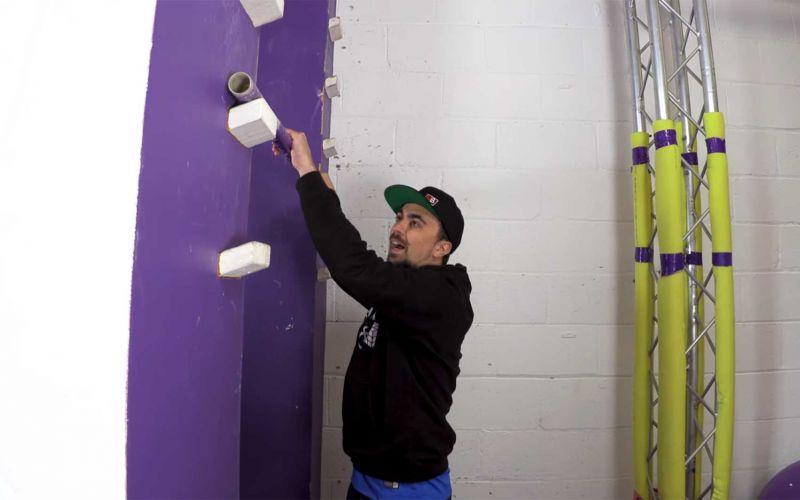 """Mike Boyd lernt, wie man die Stufenleiter aus """"Ninja Warrior"""" erklimmt"""