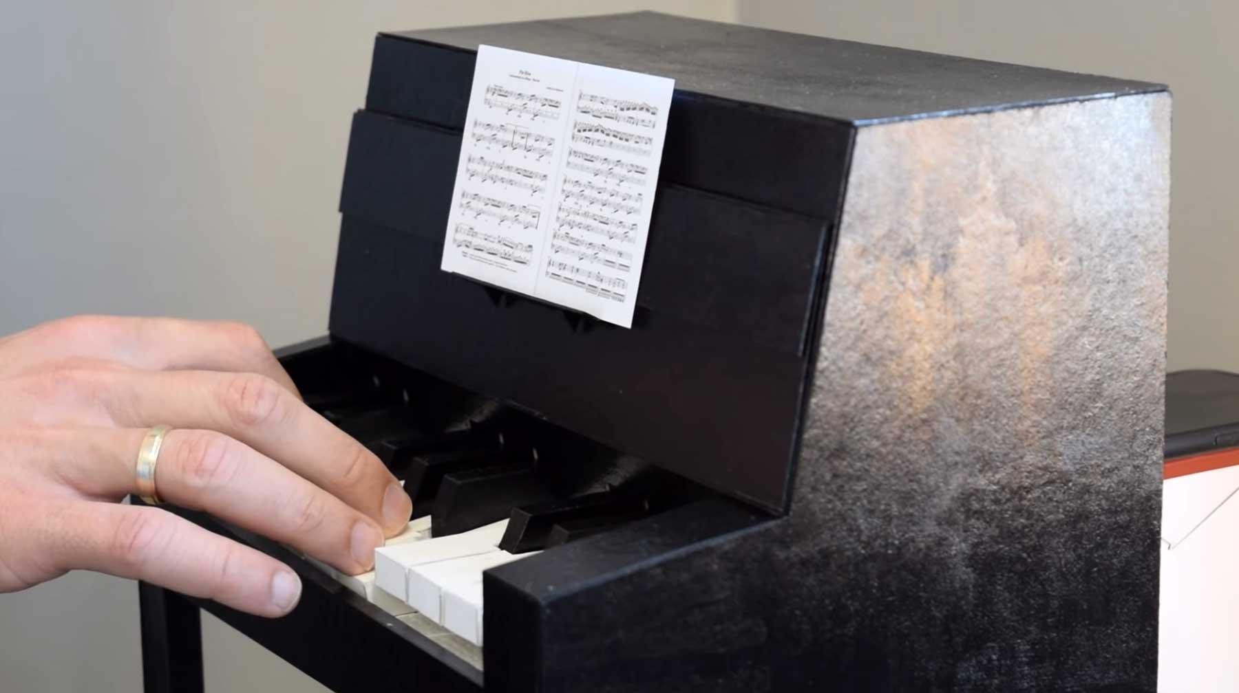 Funktionierendes Mini-Klavier aus Papier