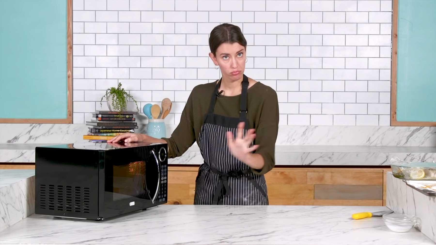 Köchin versucht, 3-Gänge-Menü nur mit der Mikrowelle zu kochen nur-mit-mikrowelle-kochen