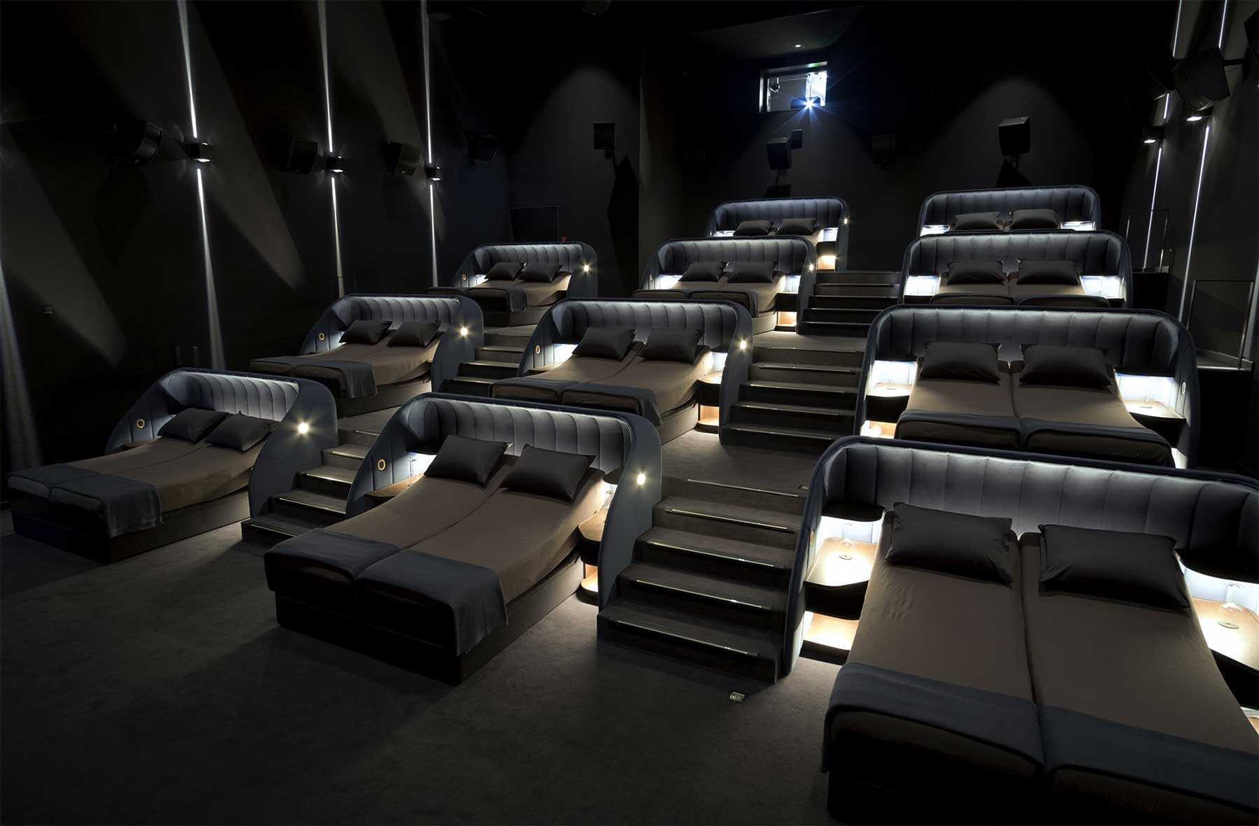 In diesem Kino könnt ihr Filme auf Betten und Sofas schauen pathe-spreitenbach-kino-mit-sofas-und-betten_02