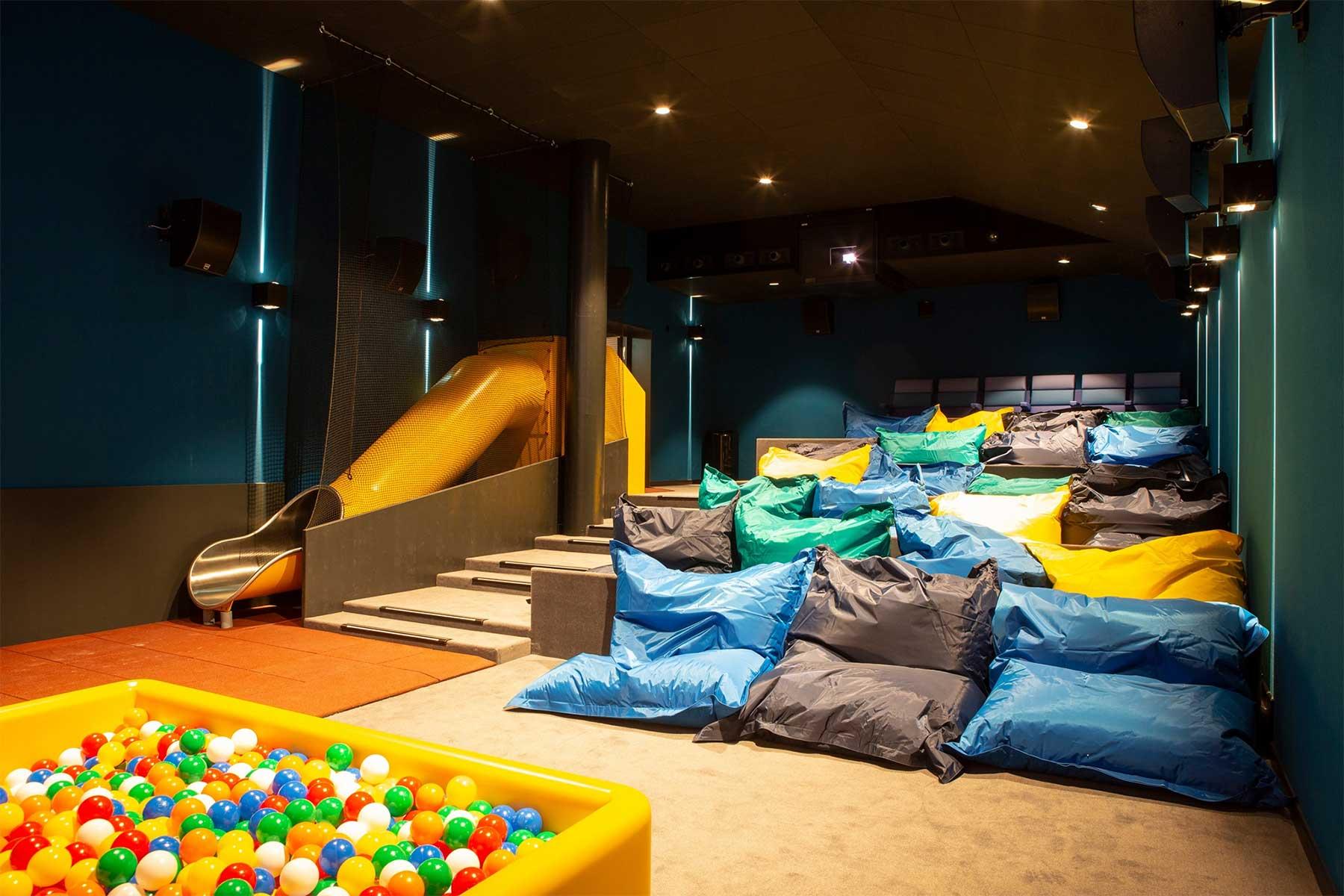 In diesem Kino könnt ihr Filme auf Betten und Sofas schauen pathe-spreitenbach-kino-mit-sofas-und-betten_03