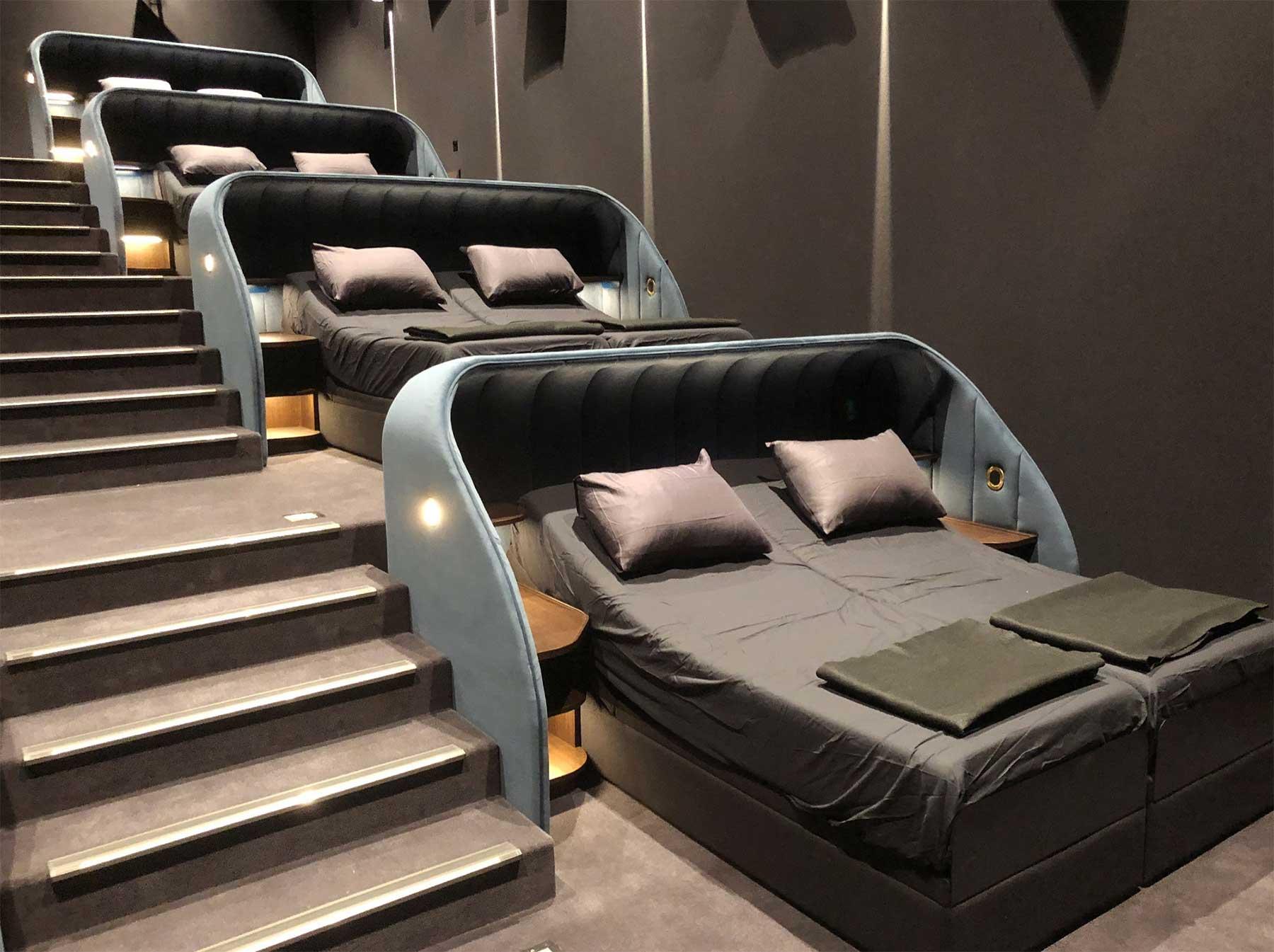 In diesem Kino könnt ihr Filme auf Betten und Sofas schauen pathe-spreitenbach-kino-mit-sofas-und-betten_04