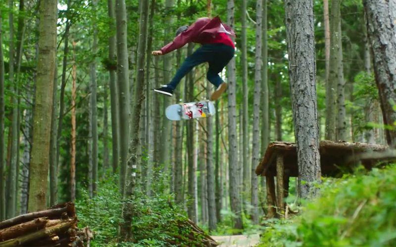 Skateboarding im Wald