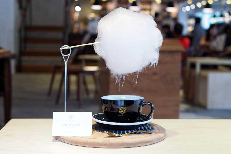 Diese Zuckerwatte-Wolke regnet in Kaffeetassen zuckerwattenwolke-kaffee_02