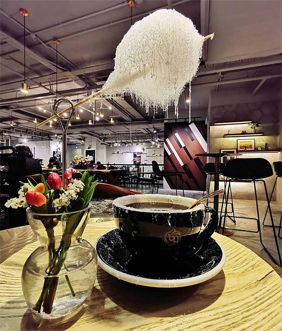 Diese Zuckerwatte-Wolke regnet in Kaffeetassen zuckerwattenwolke-kaffee_06