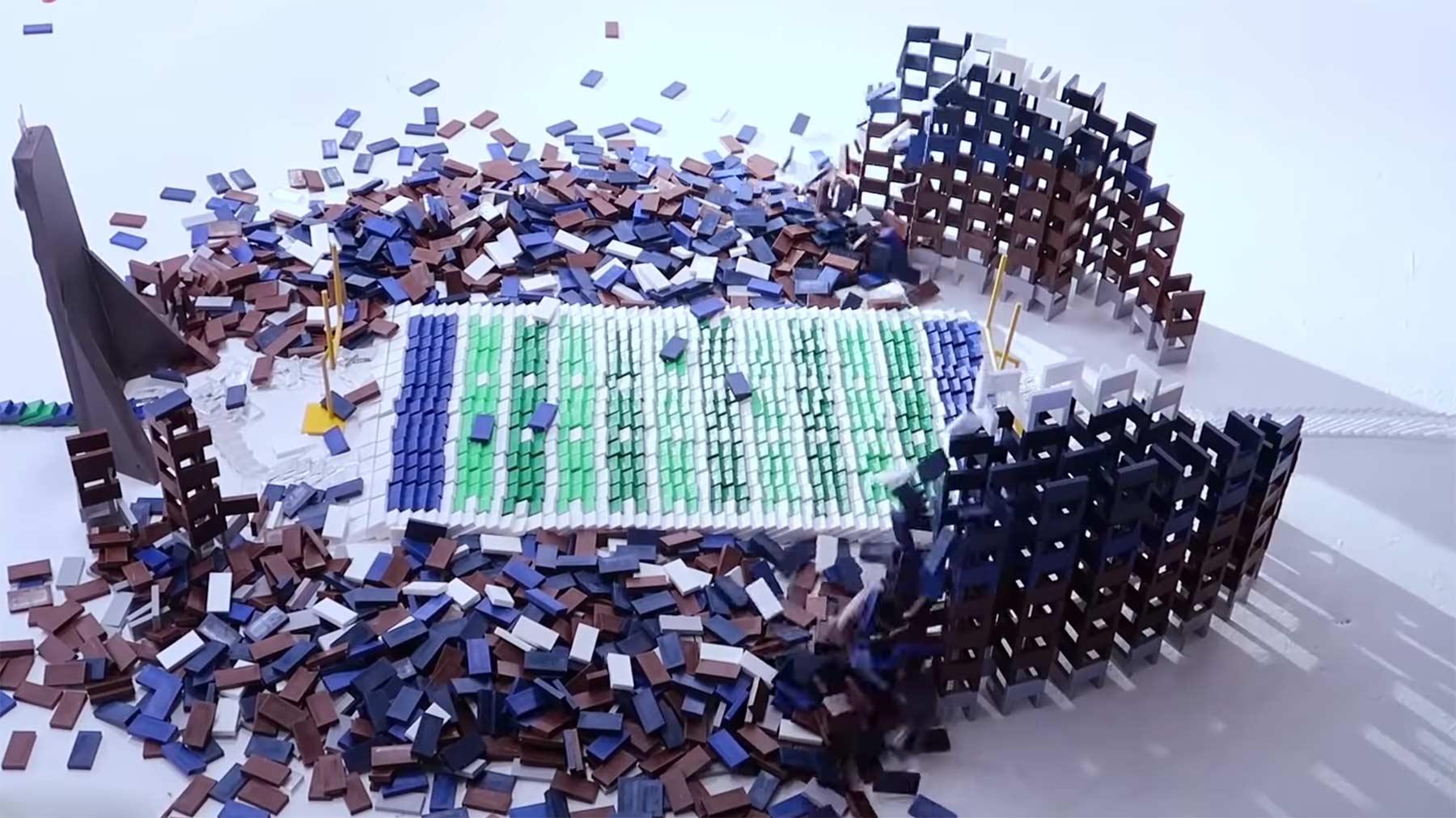 100.000 Dominosteine bauen sich von alleine auf 100000-dominos-rueckwaerts