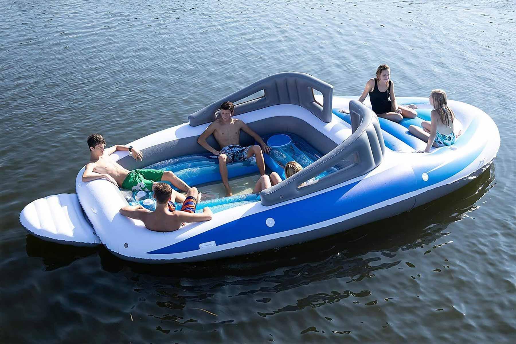 Aufblasbares Sportboot als chillige Badeinsel
