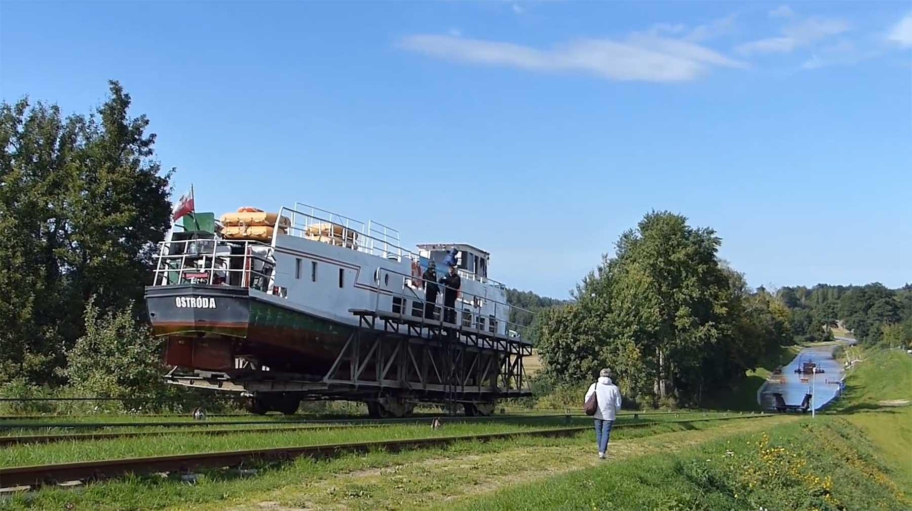 Auf diesem Kanal überqueren Boote ein Stück auf Schienen