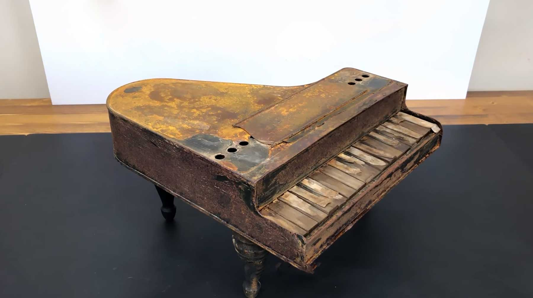 Altes Spielzeug-Klavier restaurieren