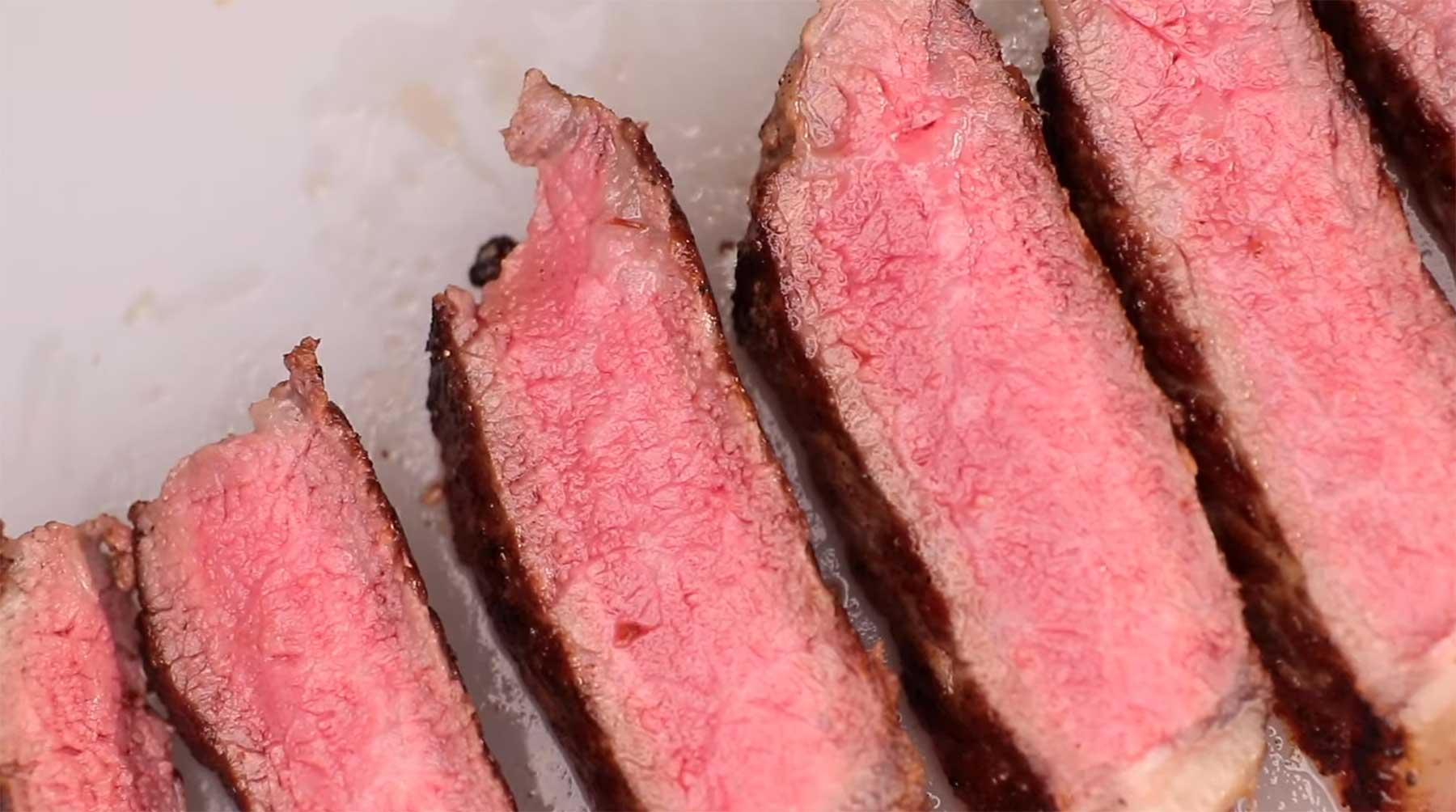 Warum kann man Steak und Fisch roh essen, Huhn aber nicht? rohes-steak