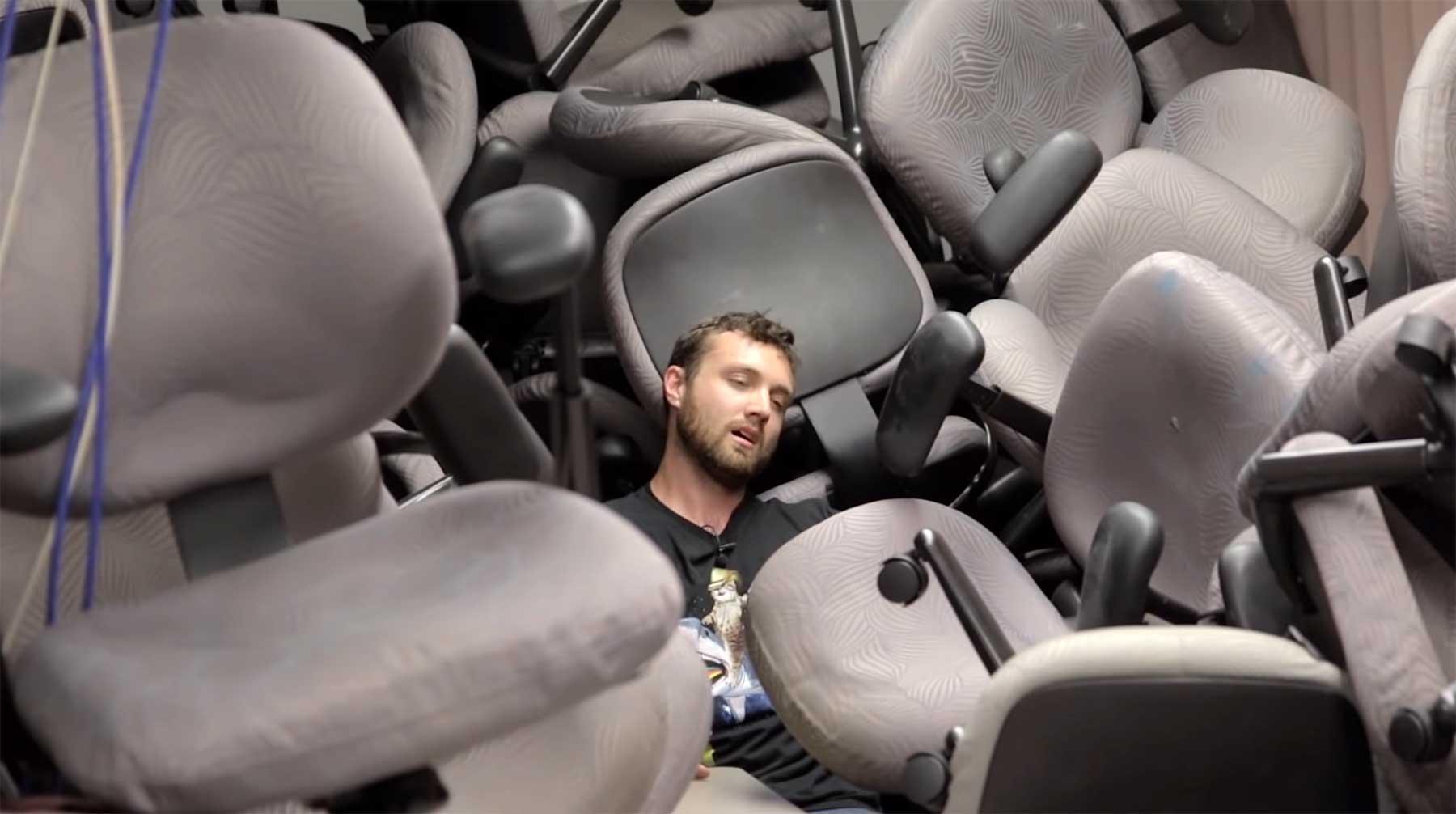 Zu. Viele. Stühle.