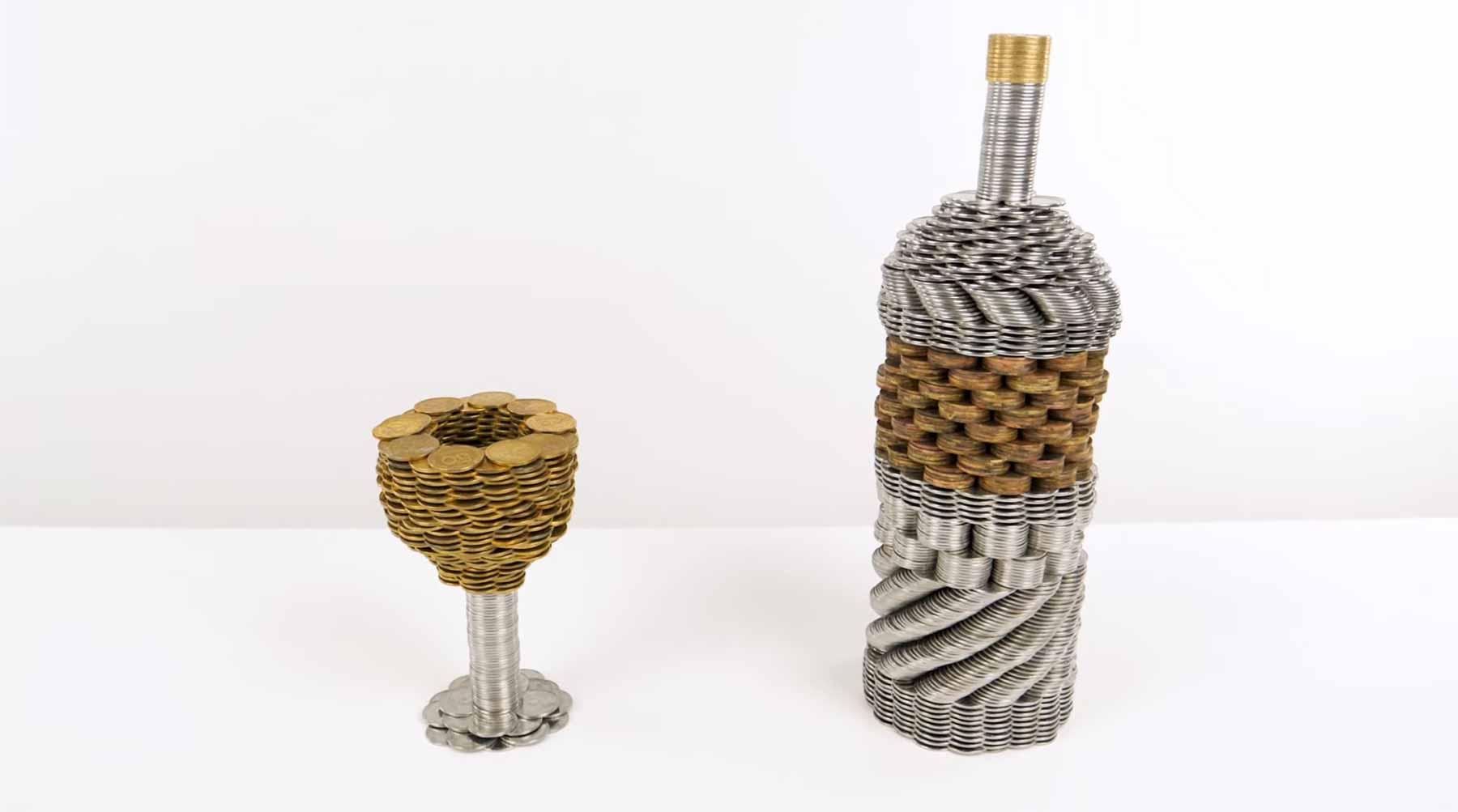 Eine Weinflasche aus Münzen stapeln