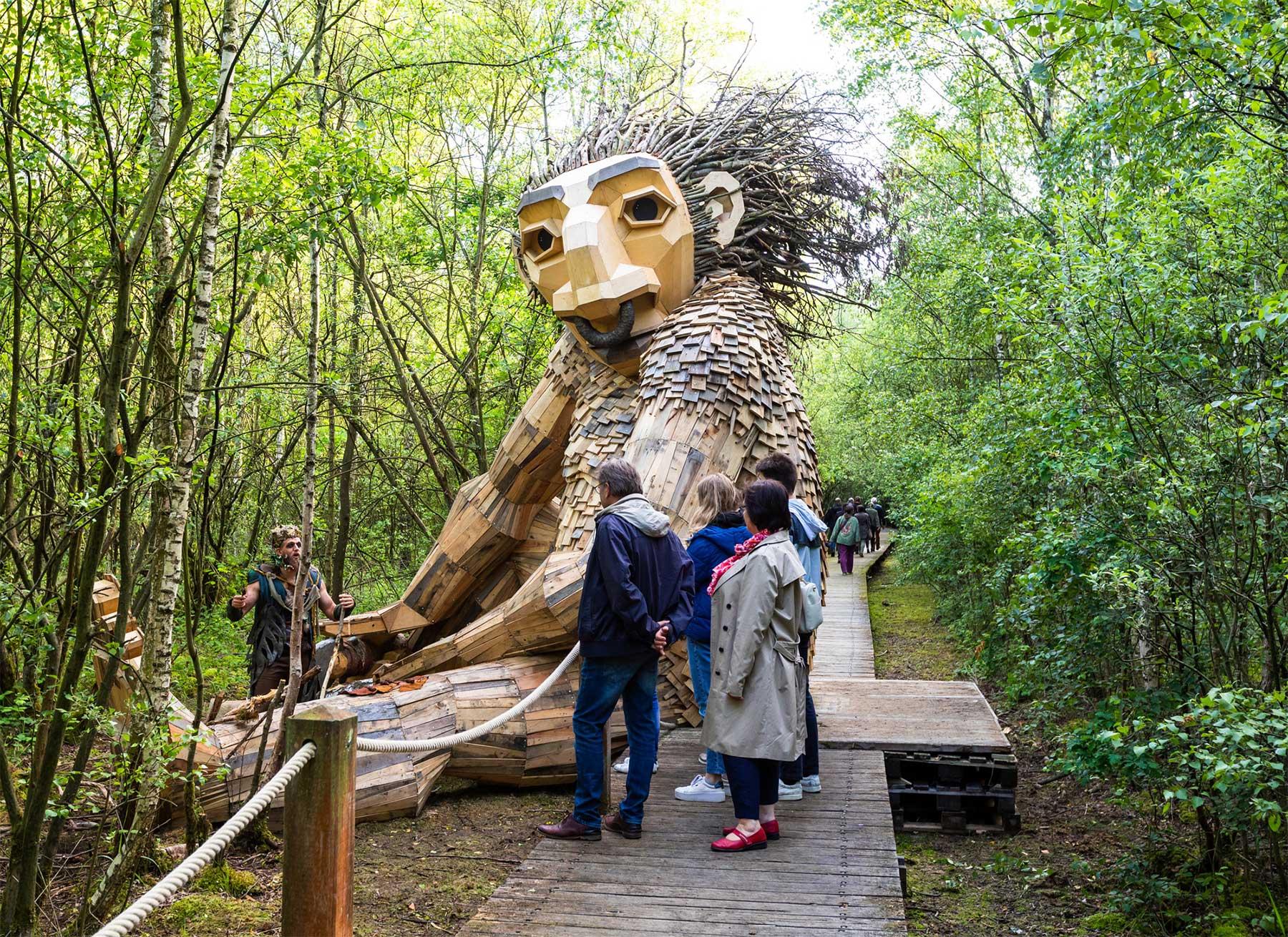 Fantastische Holzmonster im belgischen Wald