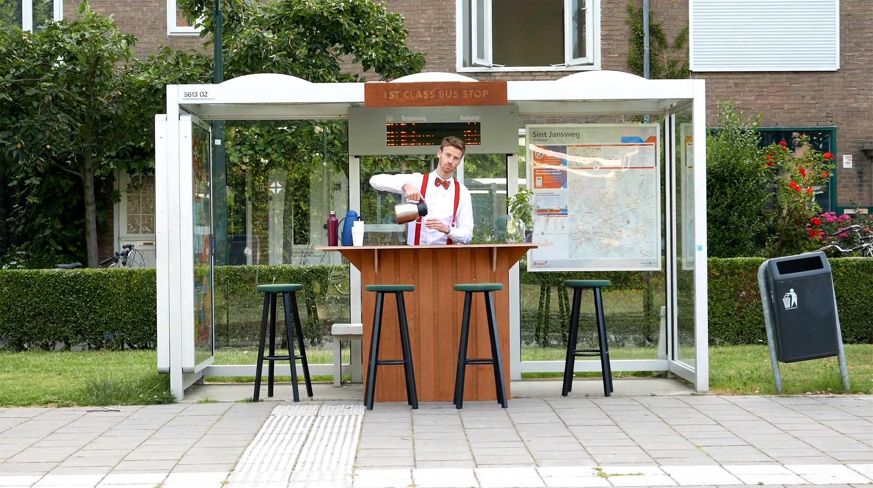 Langweilige Bushaltestelle in Erste-Klasse-Bar umgewandelt
