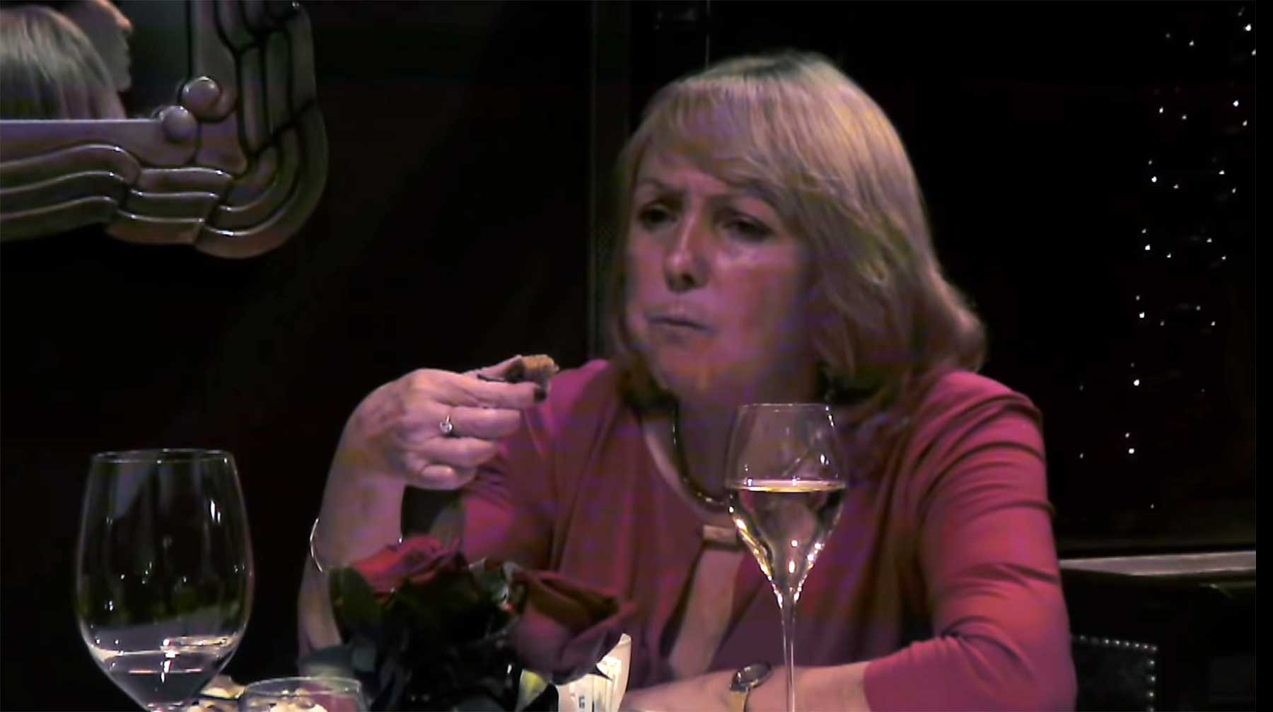 Frau bekommt ihr eigenes Essen im Sterne-Restaurant serviert frau-isst-ihr-eigenes-essen-im-restaurant