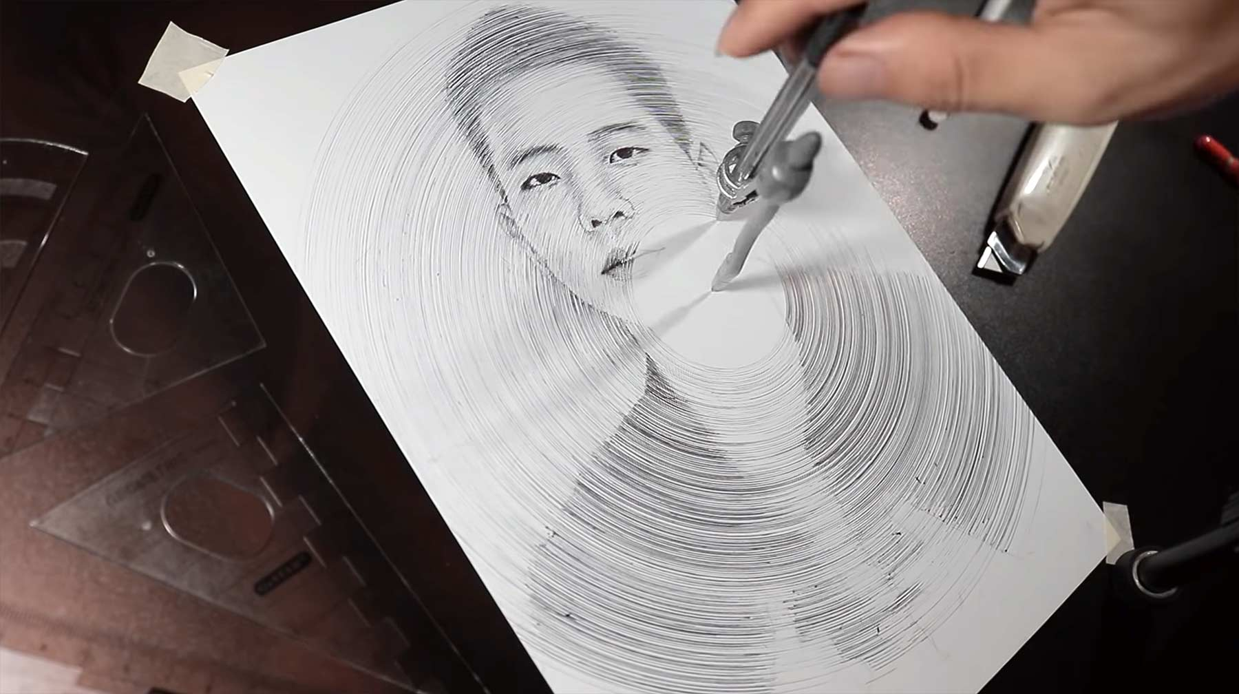 Mit einem Zirkel zeichnen mit-einem-zirkel-portrait-zeichnen