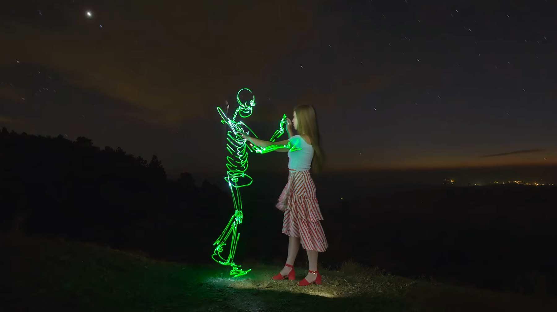 Schönes Langzeitbelichtungs-Stopmotion-Video she-lights-the-night-langzeitbelichtungsvideo