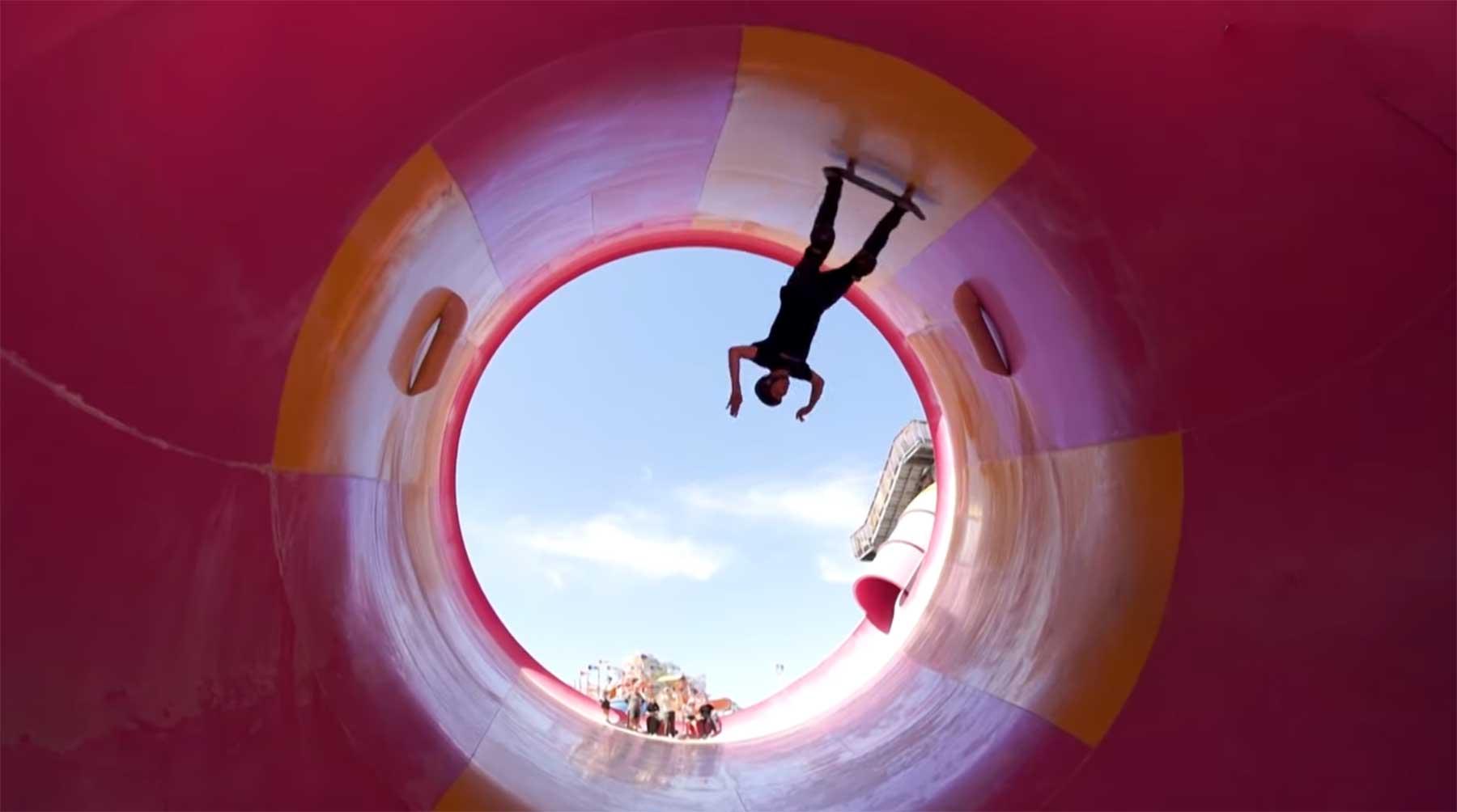Tony Hawk und Co. skateboarden in verlassenem Wasserpark skateboarden-im-verlassenen-wasserpark-tony-hawk