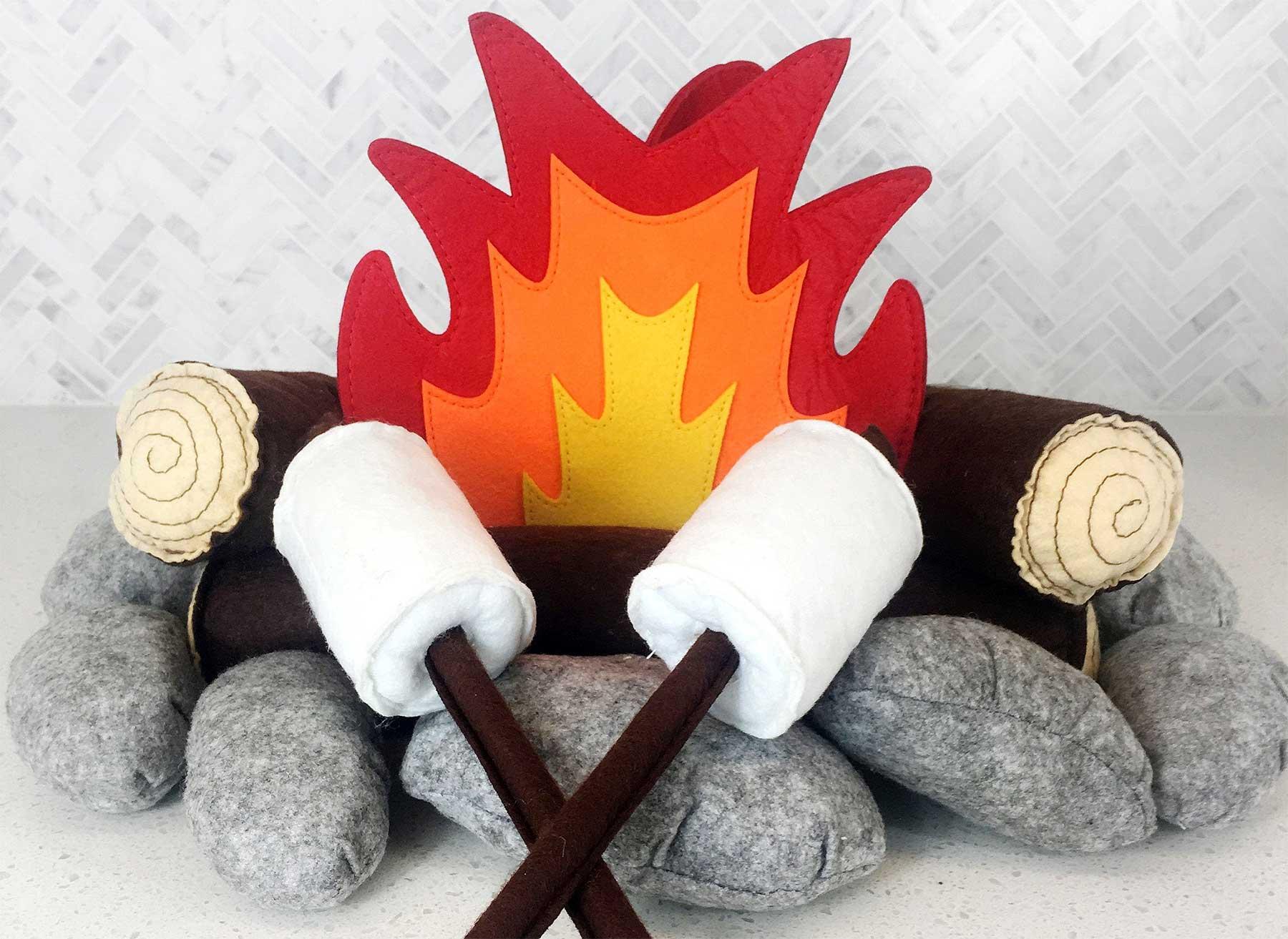Lagerfeuer aus Plüschkissen