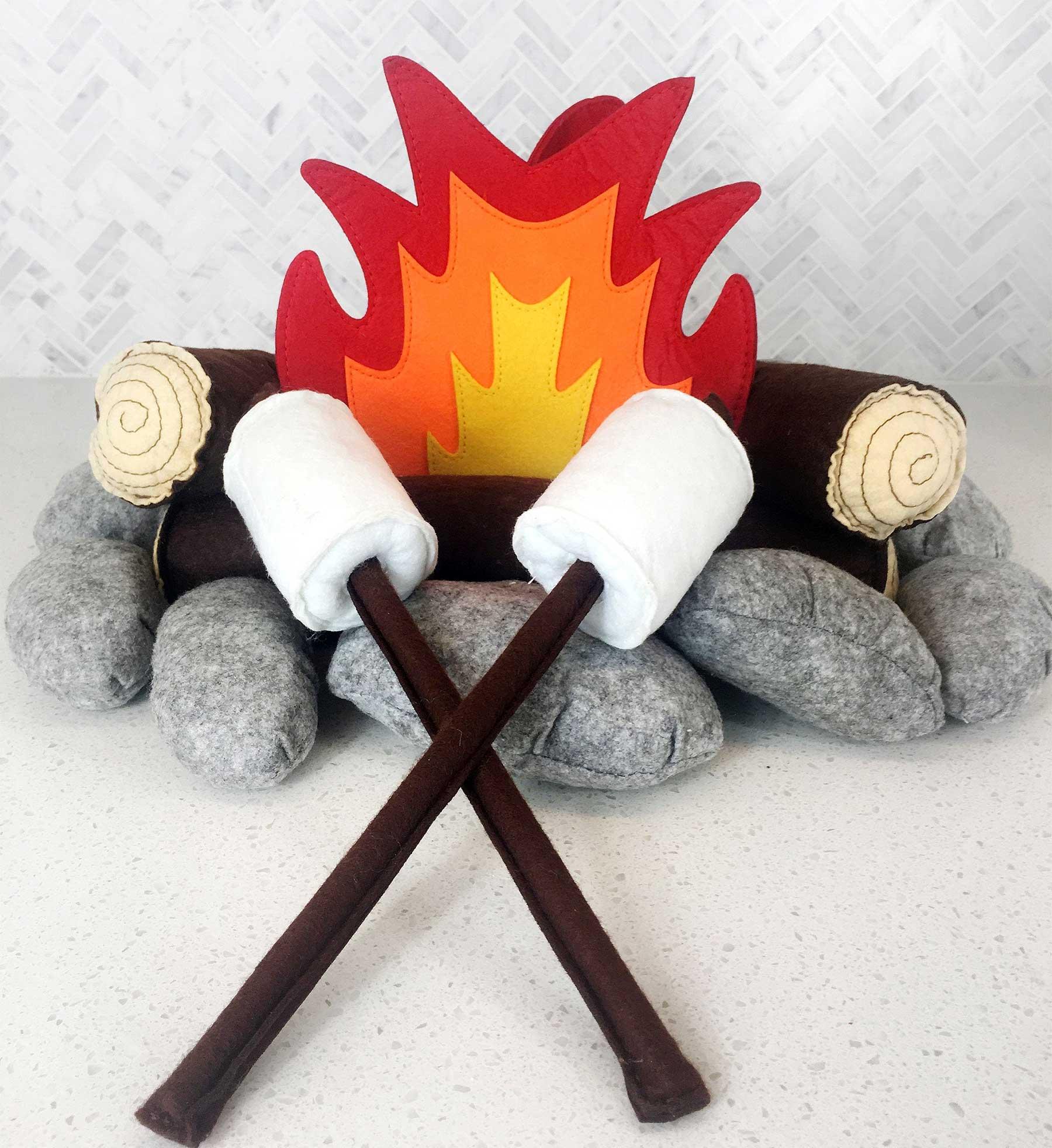 Lagerfeuer aus Plüschkissen plueshlagerfeuer_01
